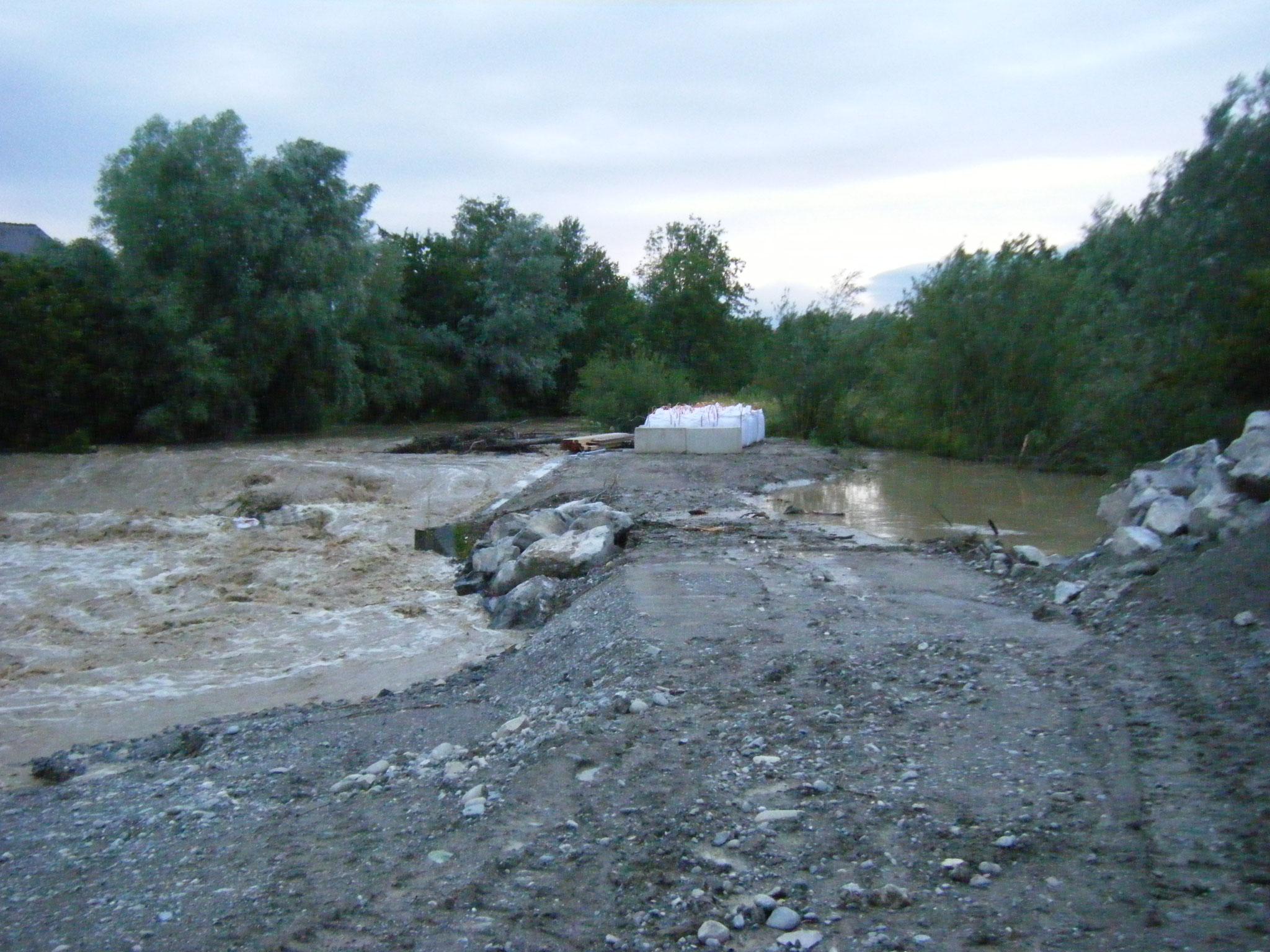 Der Damm beim Allmannsweiler Bach  hält aber noch, trotz Überspülungen