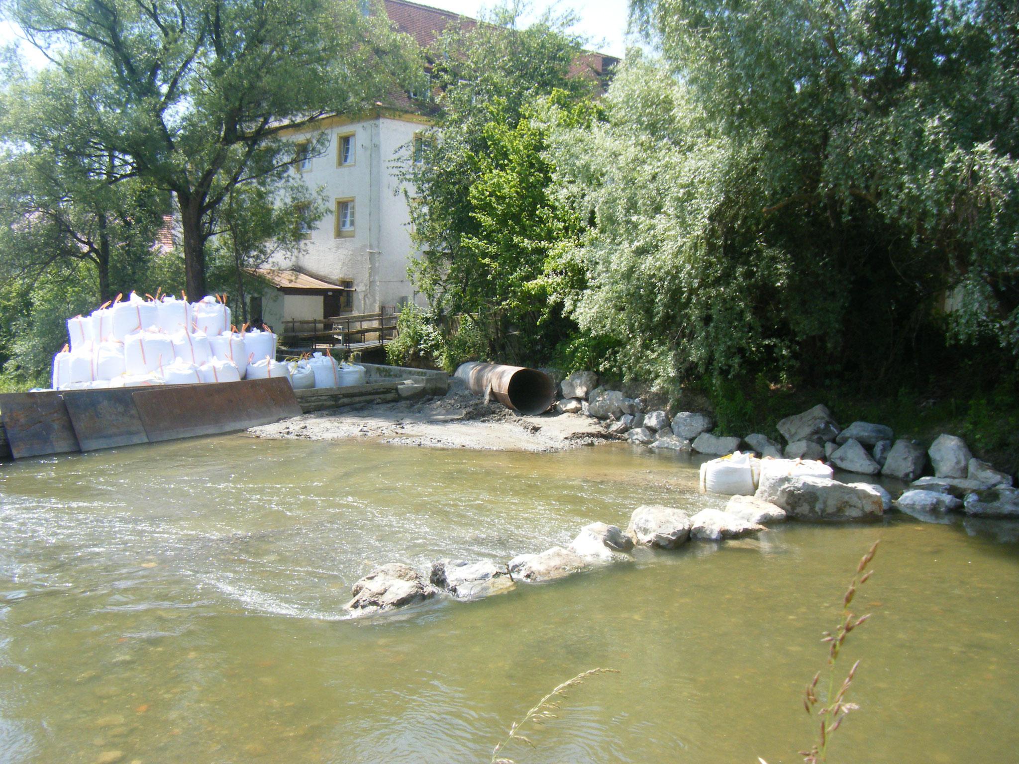 vor dem ehemaligen Wehrkörper leitet jetzt ein Wall aus Steinen das Wasser in Richtung Sohlgleite
