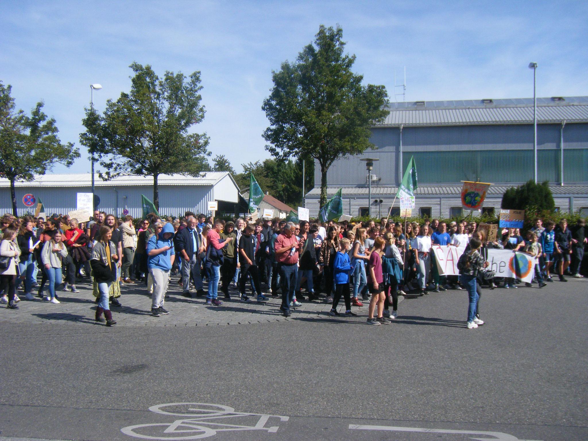 Am hinteren Hafen drängen sich 2000 Demonstranten in Richtung Innenstadt