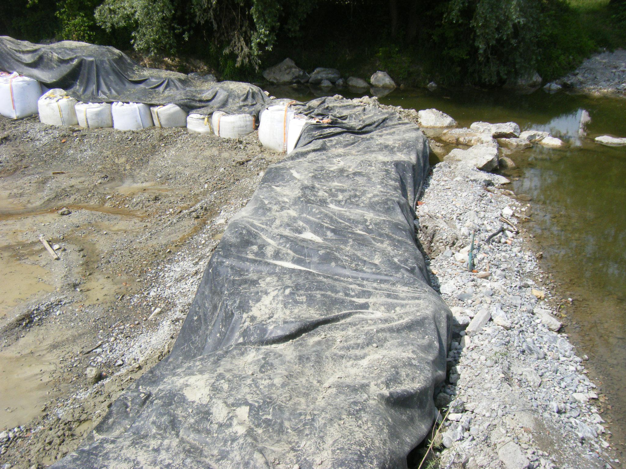 der Bereich vor dem Wehr ist mit einem breiten Damm abgesperrt