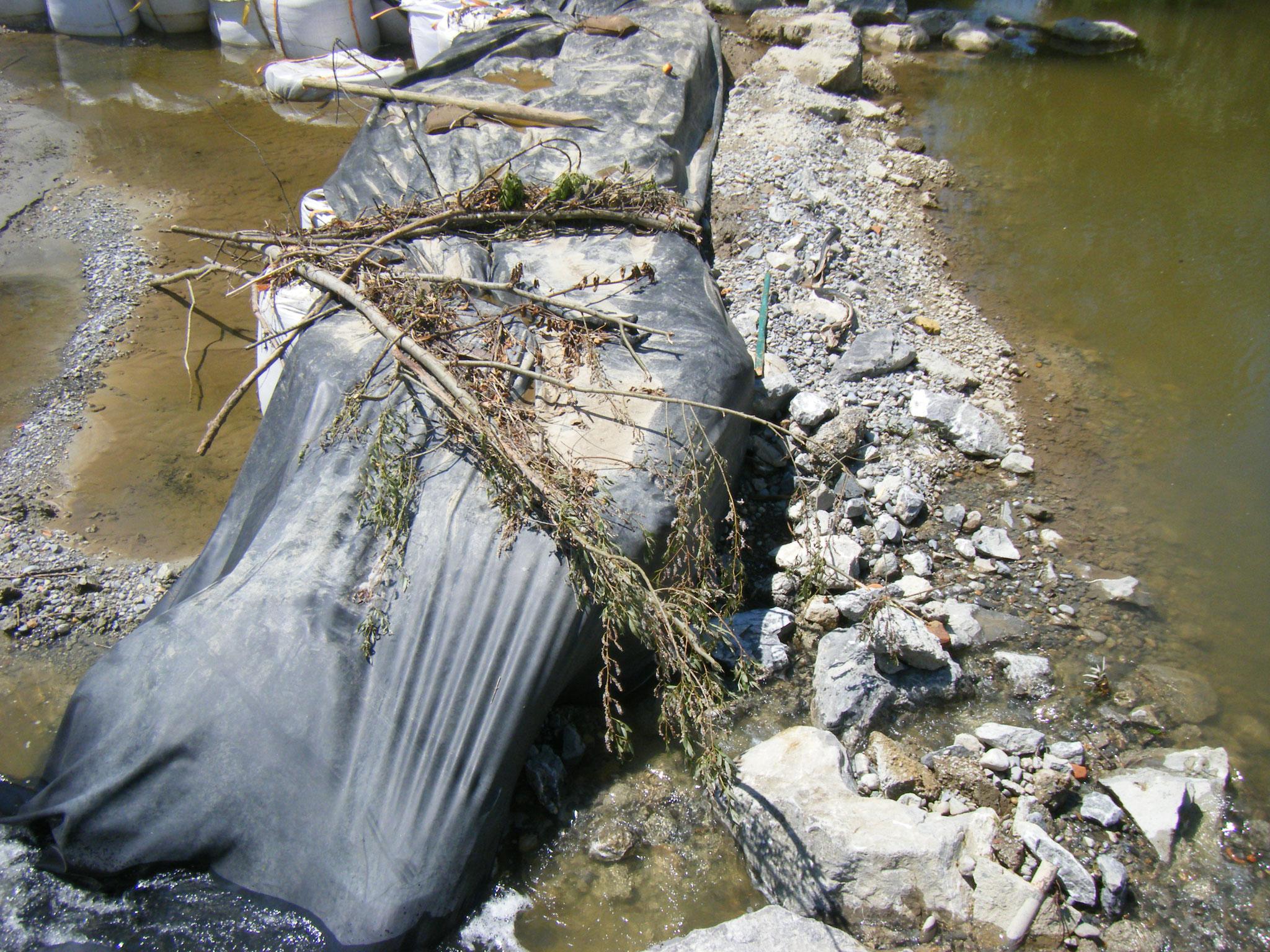Das abgelegte Treibgut zeigt, dass der provisorische Damm von den Wassermassen überspült wurde