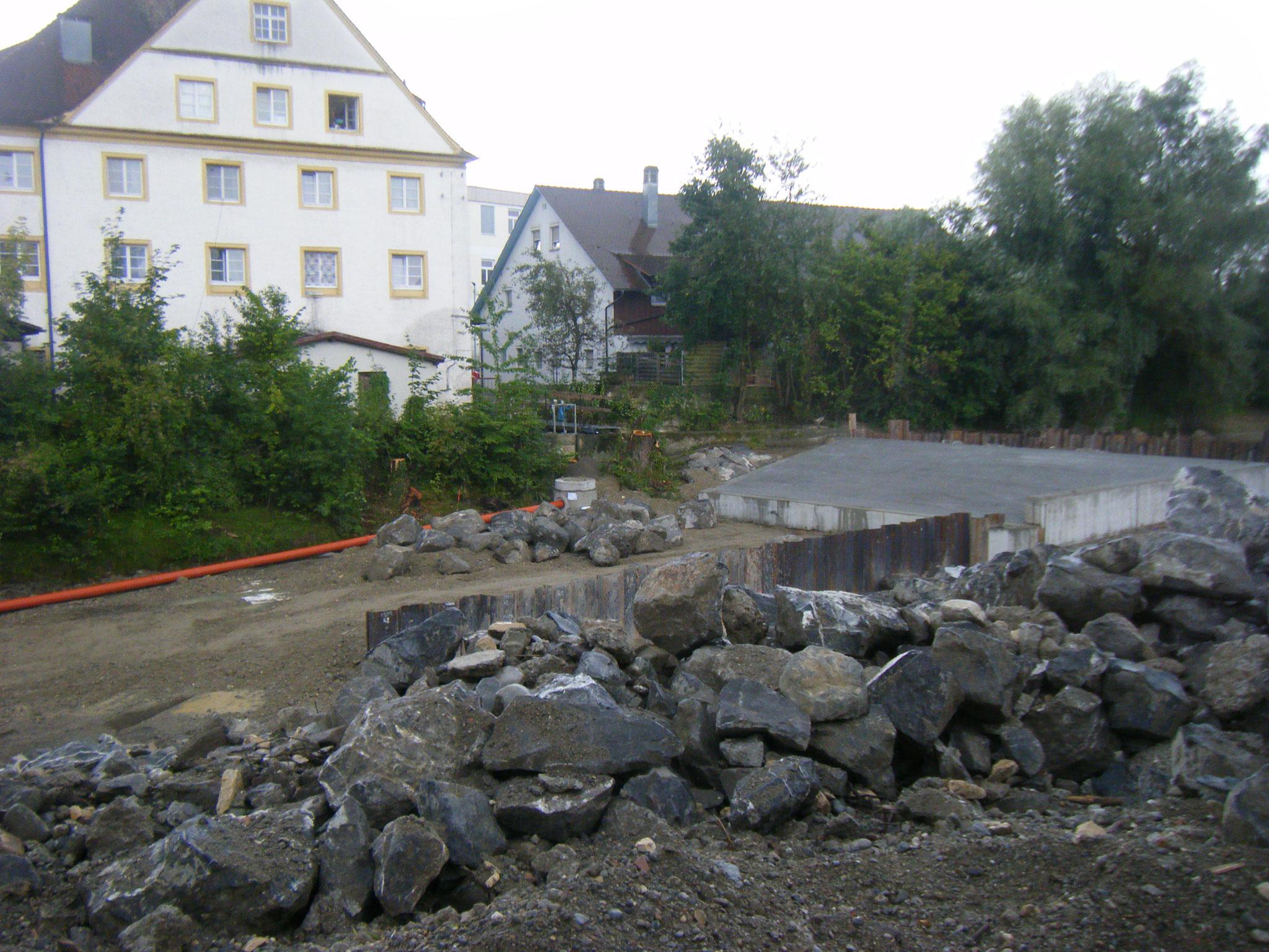 die östliche Wehrmauer erhält eine Verlängerung durch Spundwände
