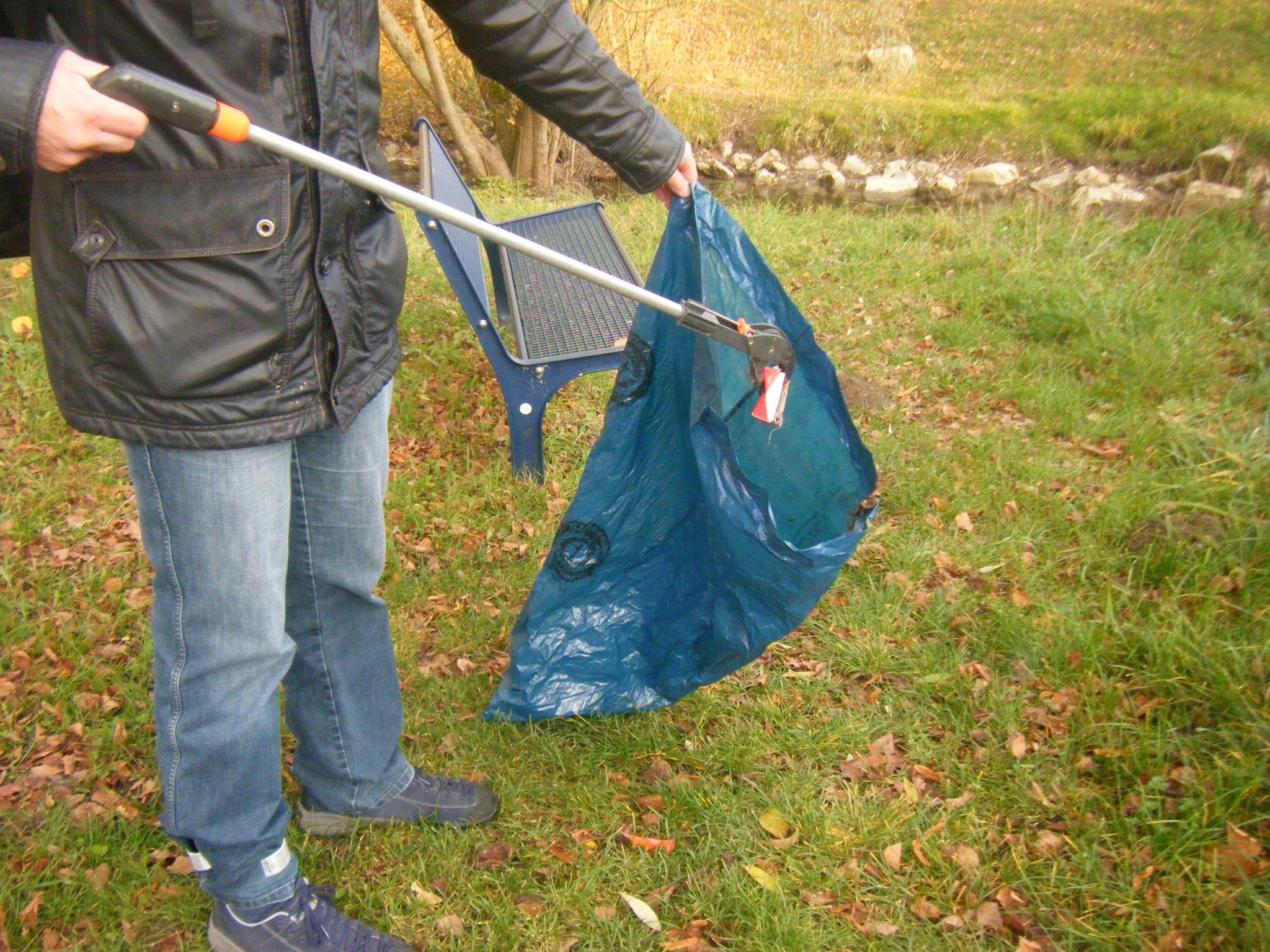 besonders bei Wind schwer zu zielen, zu tragen und zu halten, ausserdem wird der Müllsack immer schwerer
