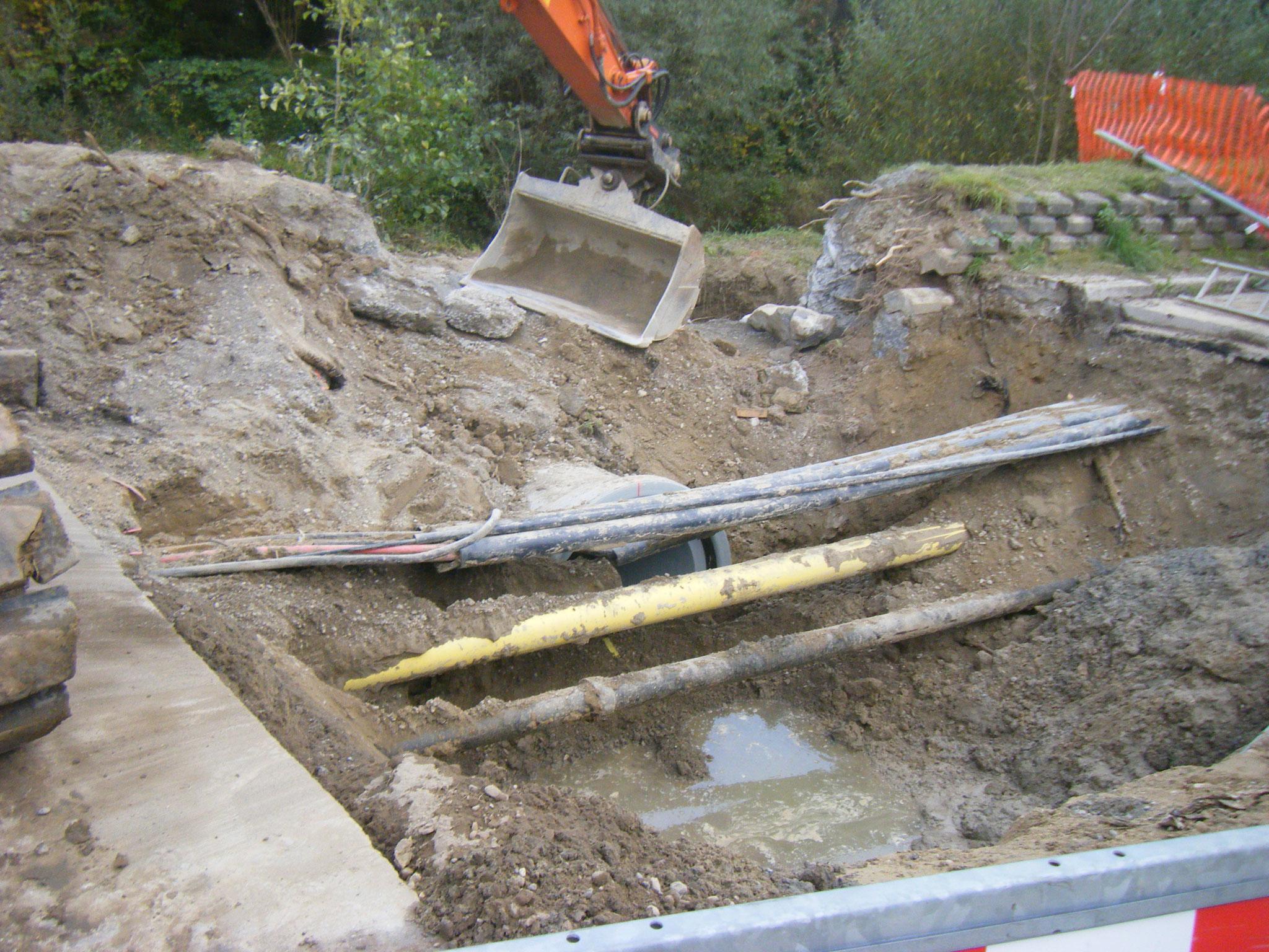 Es muss sogar eine Gasleitung aufwendig umgeleitet werden,  da das Kanalisationsrohr mitten durch geplant wurde