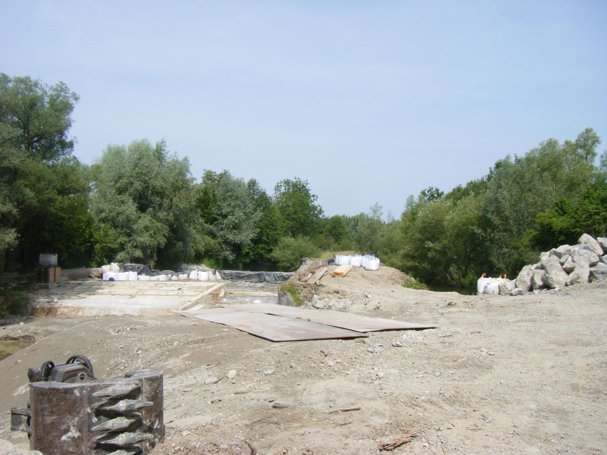 Es gibt jetzt eine Zufahrt zum unteren Bereich der Rampe und der Allmansweiler Bach ist mit einem breiten Damm abgesperrt