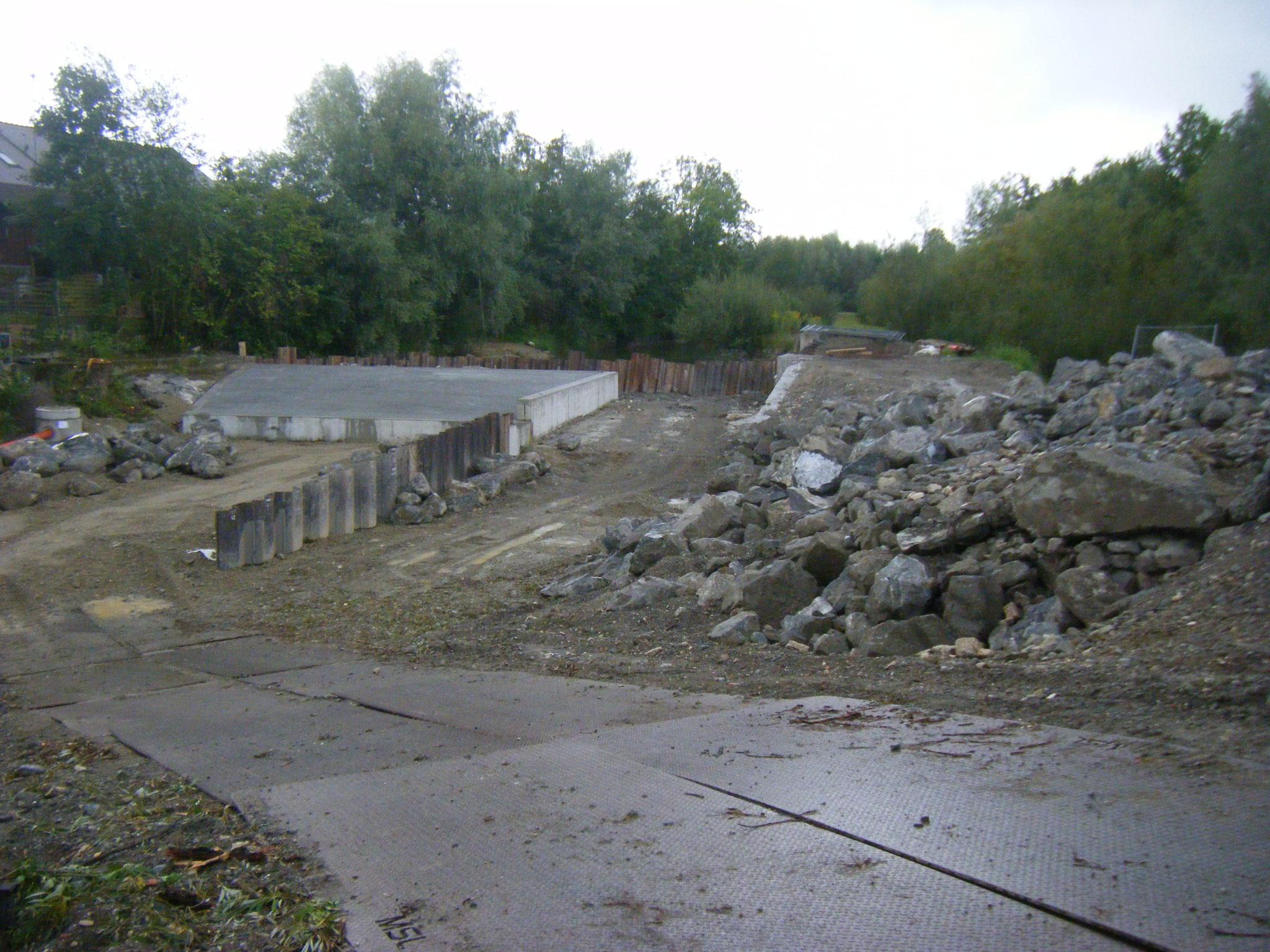 Endlich kann der Baubereich trockengelegt und für die raue Rampe vorbereitet werden