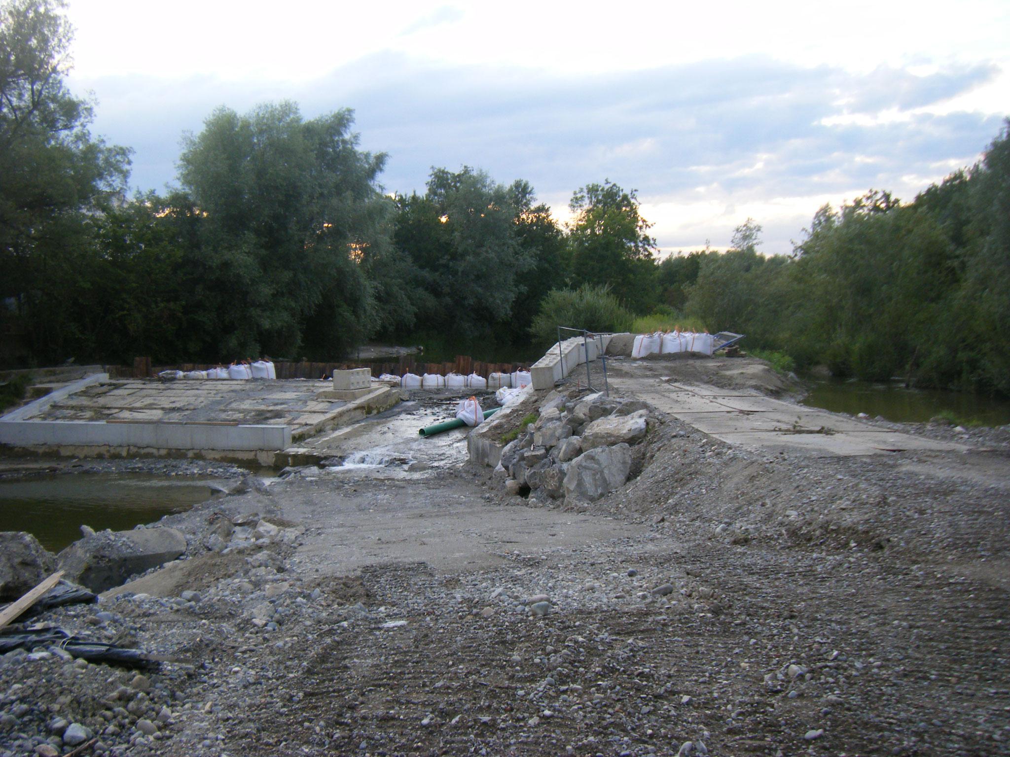 Am Tag vor dem Hochwasser: die Spundwand ist gesetzt, säuberlich zur Verstärkung aufgereiht die weissen Schwerlast-Säcke