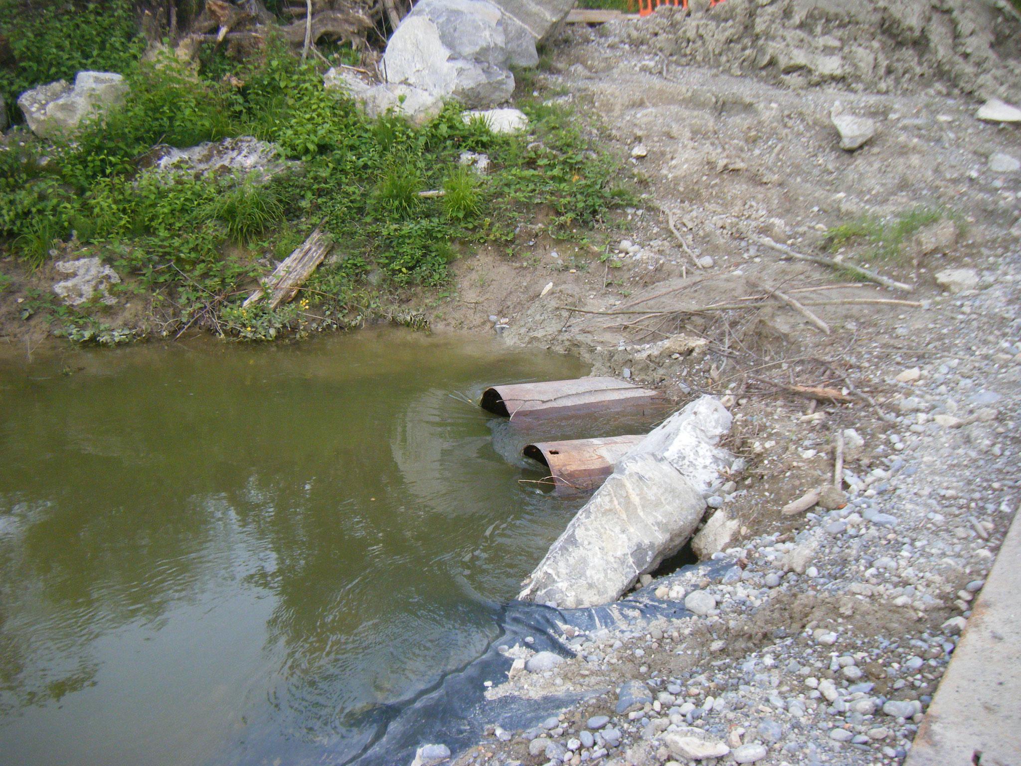 der gemeinsame Einlauf von Allmannsweiler Bach und umgeleiteter Rotach, das Wasser wird mit großer Geschwindigkeit eingesogen
