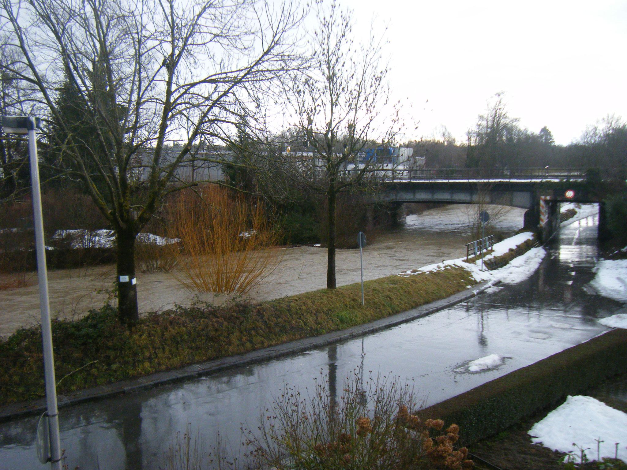 gegen 14 Uhr hat sich links vor der Brücke durch heruntergebrochenes Efeu, ein Weidengebüsch und viel Treibholz eine Barriere gebildet, die den Durchlass der Brücke zusätzlich verengt. Nun kommen auch die Wassermassen des Starkregens am Höchsten an.