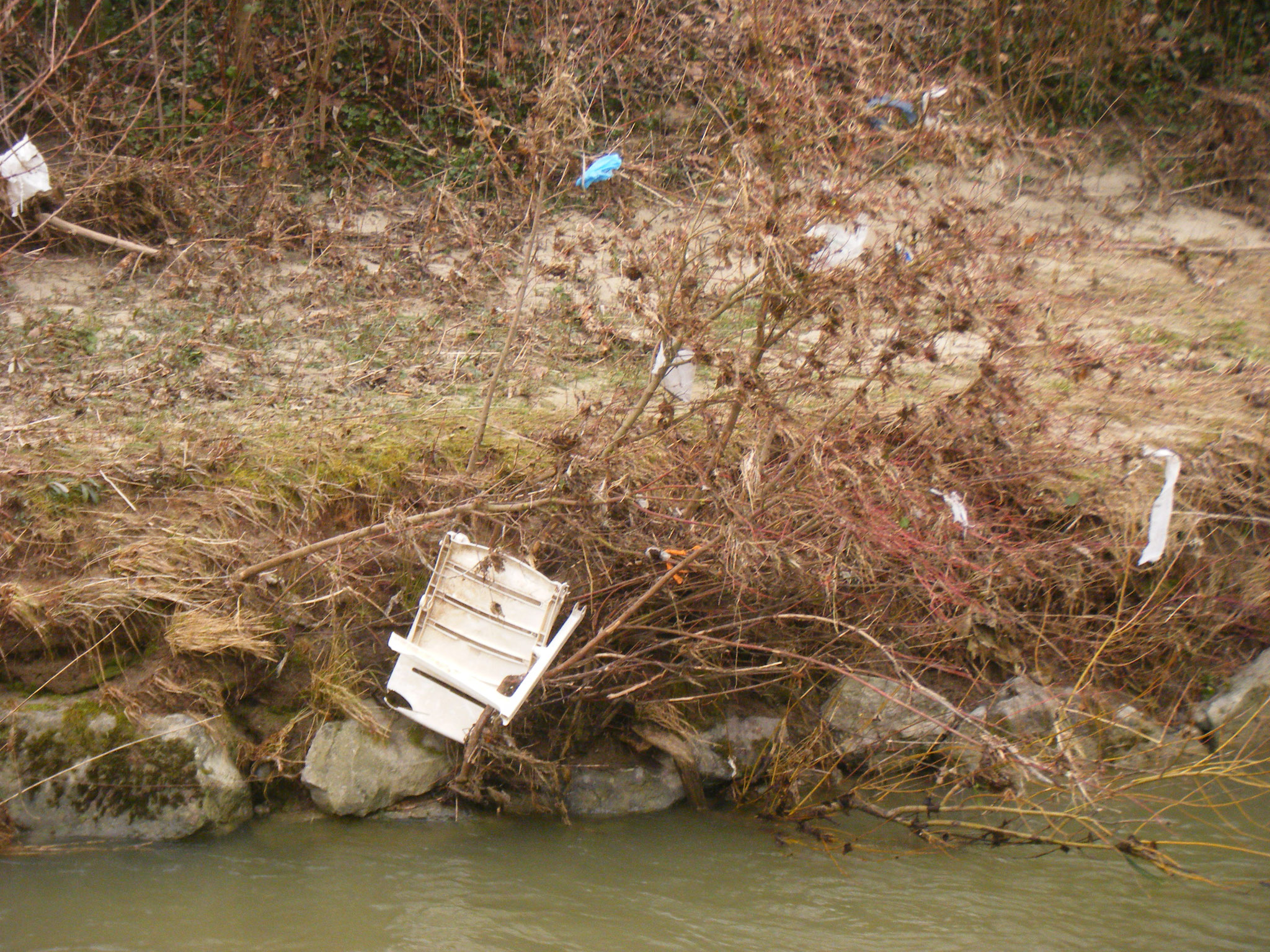 Hier blieb ein zertrümmerter Plastik-Gartenstuhl im Gebüsch hängen