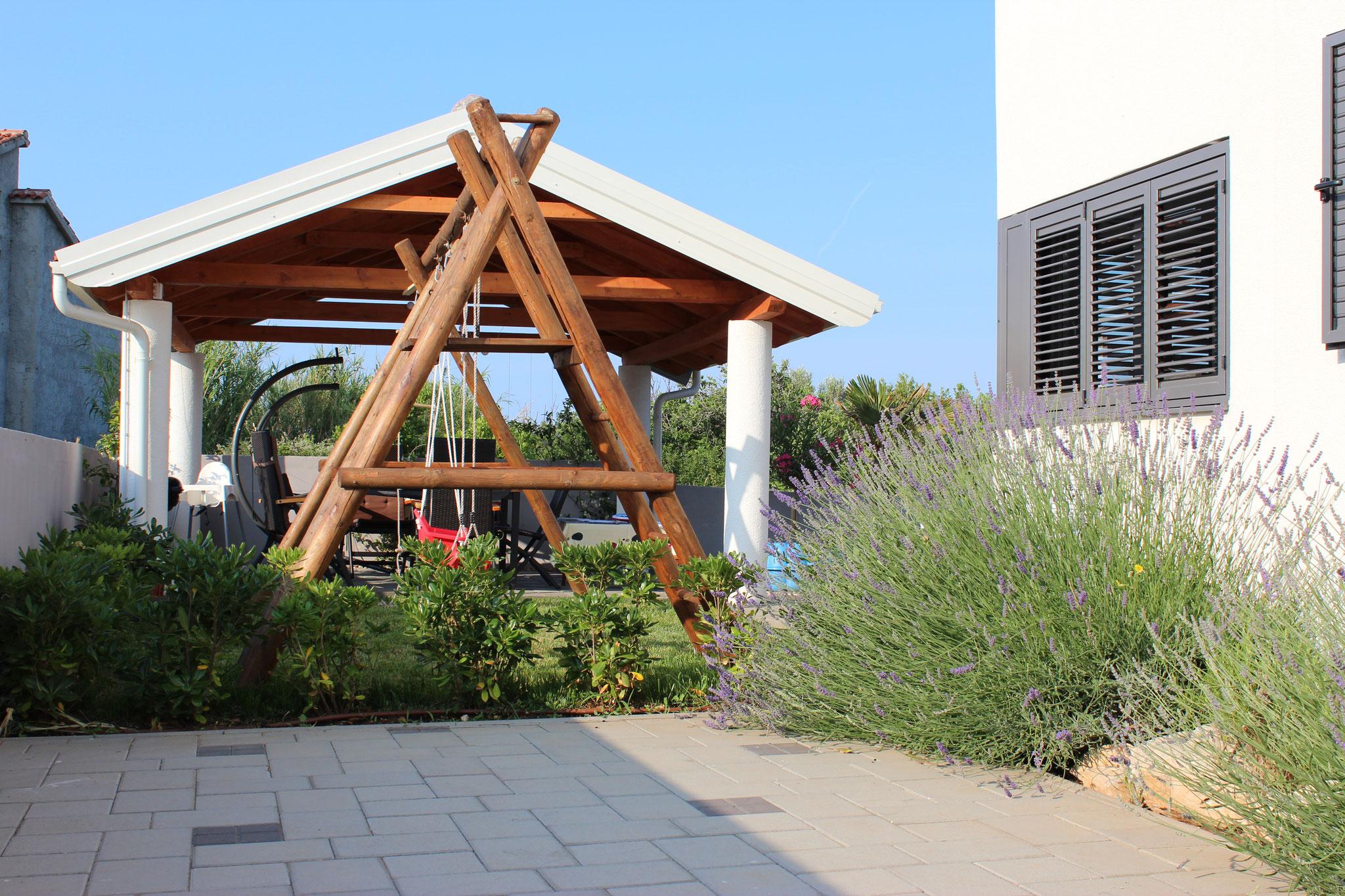 Pavillon und Schaukel