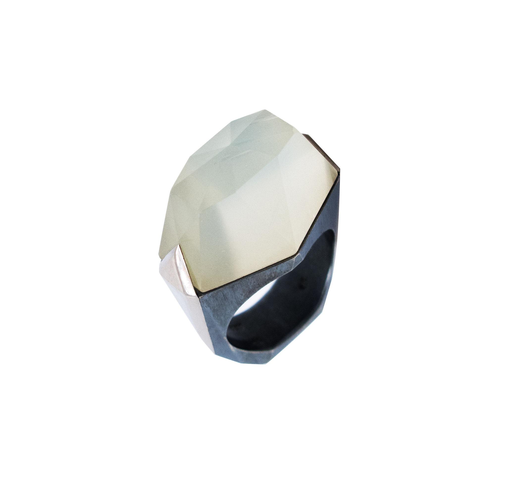 Ringe aus 925 Sterlingsilber und 18 karat Weißgold, Mondstein, 2.200 Euro