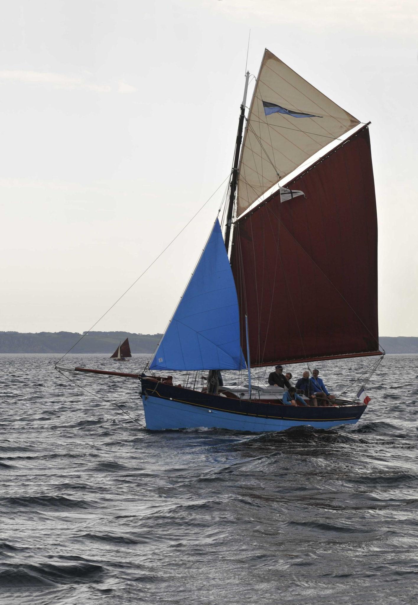 le grand bleu sous trinquette grand-voile et flèche, configuration de voiles rare