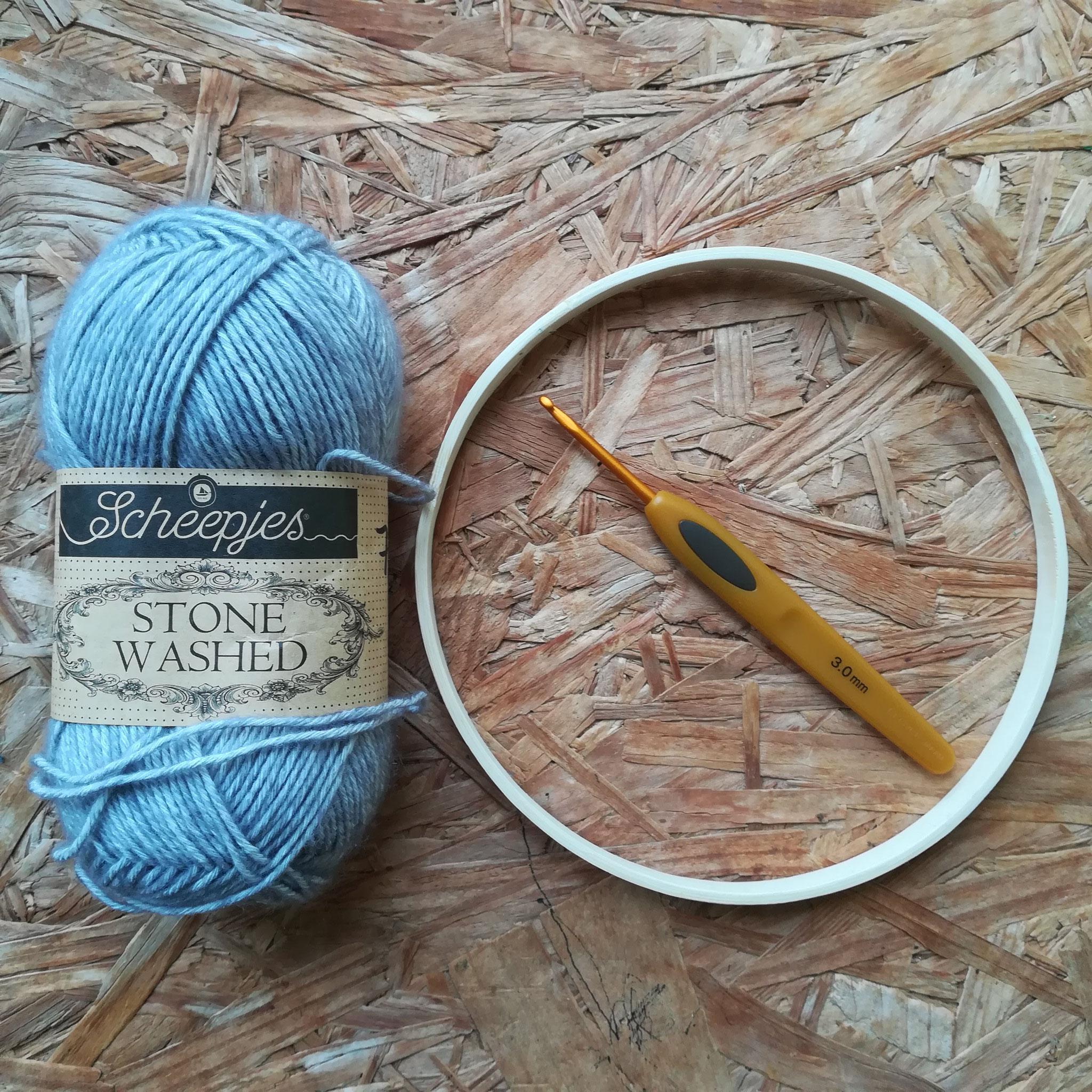 Matériel : un cercle de bois, de la laine et un crochet 3mm
