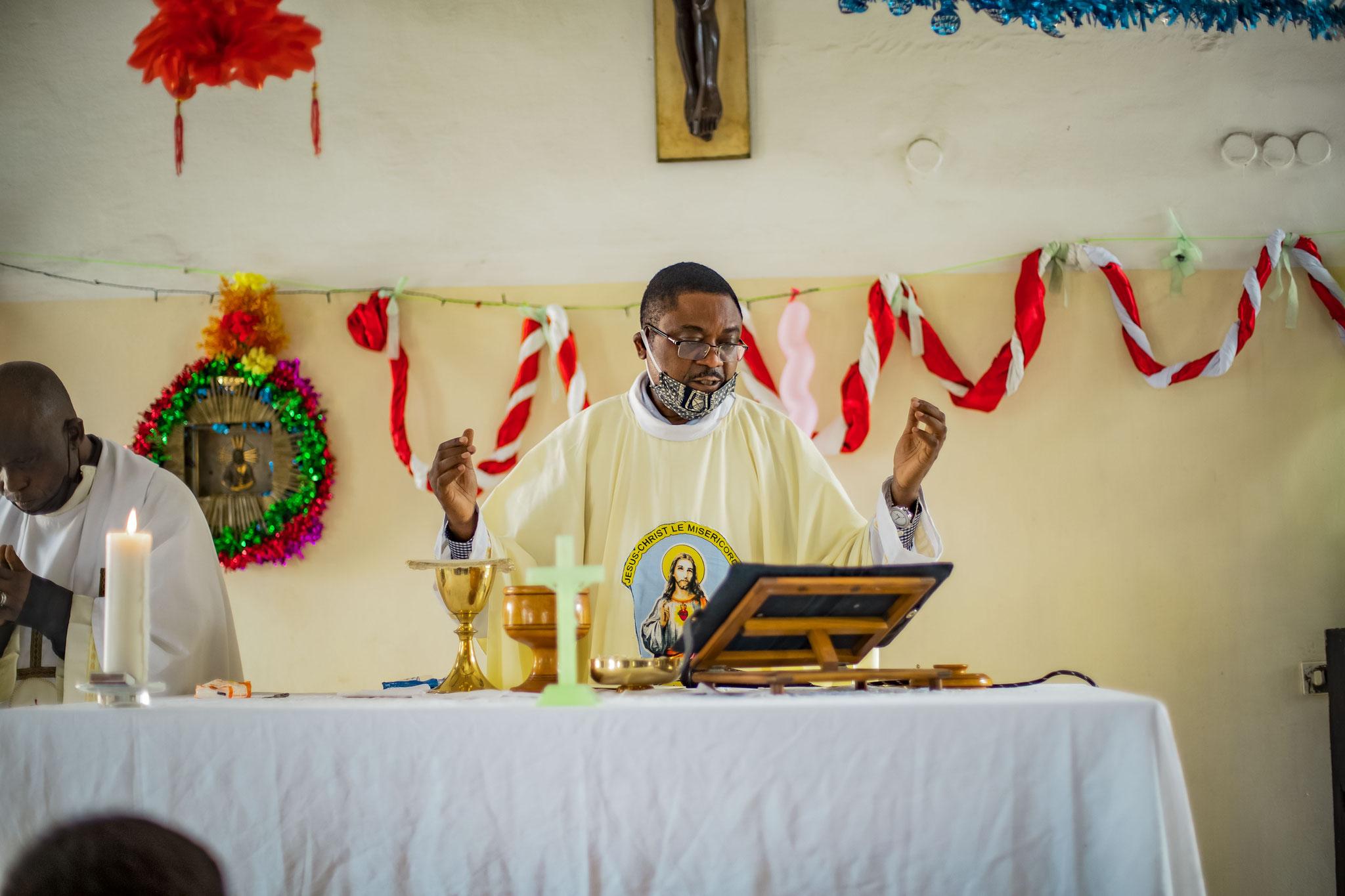Pater David erteilt den Segen