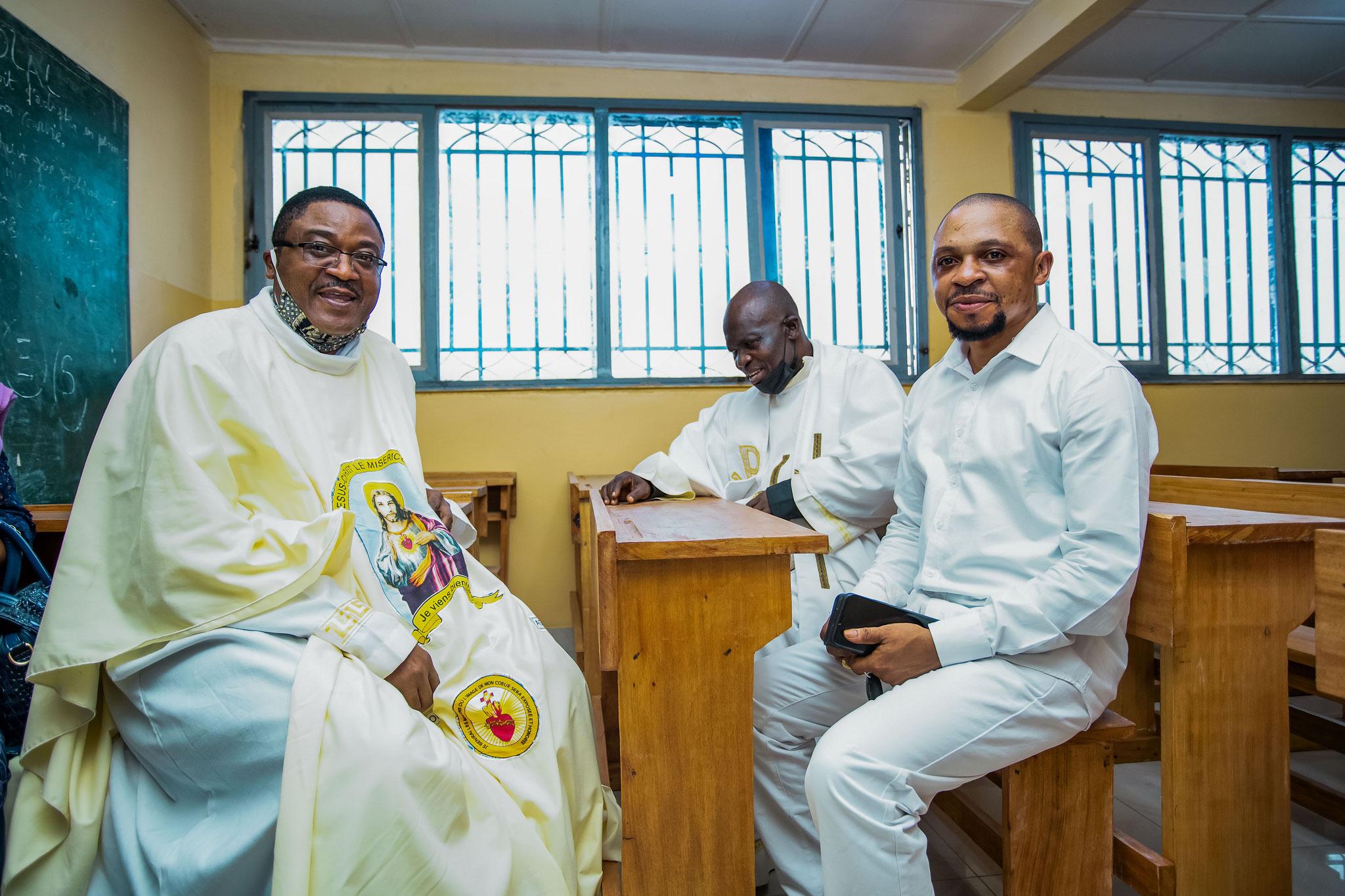 Pater David freut sich mit seinen Kollegen