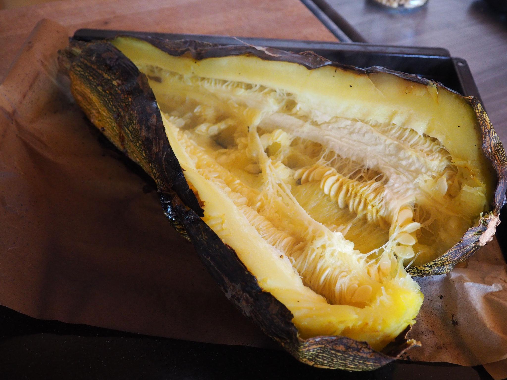 Der fertig gebackene Zucchini wird aufgeschlitzt