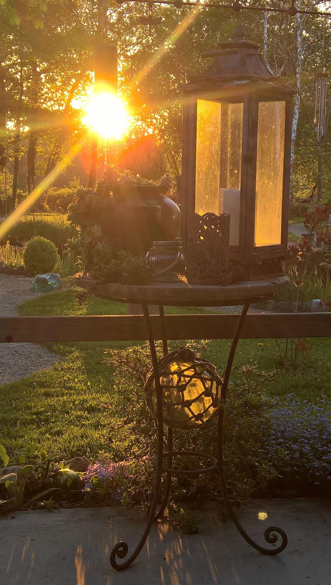 Abendlicht fällt durch die Laterne