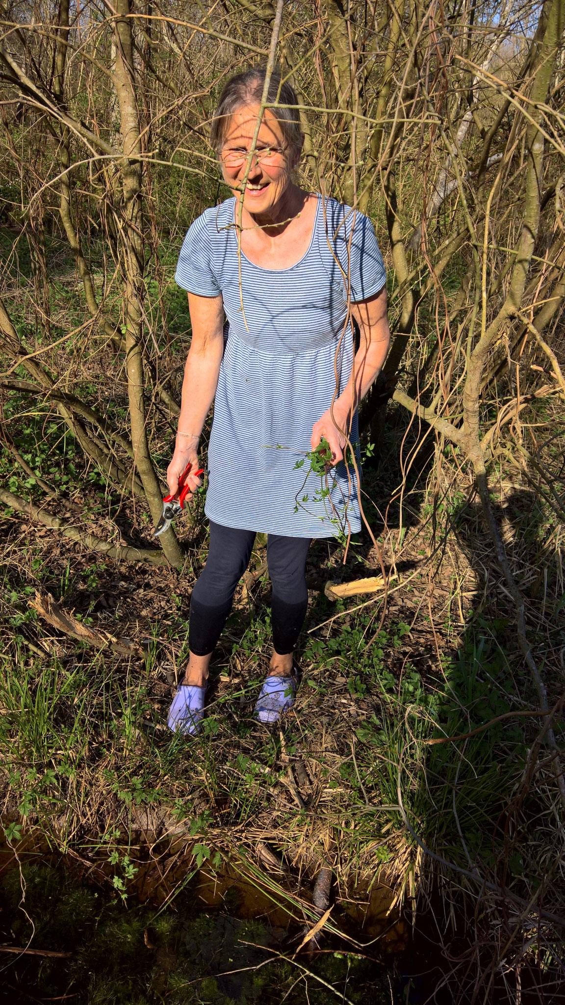 Annette beim Wildpflanzen sammeln - sie scheut kein wildes Wasser