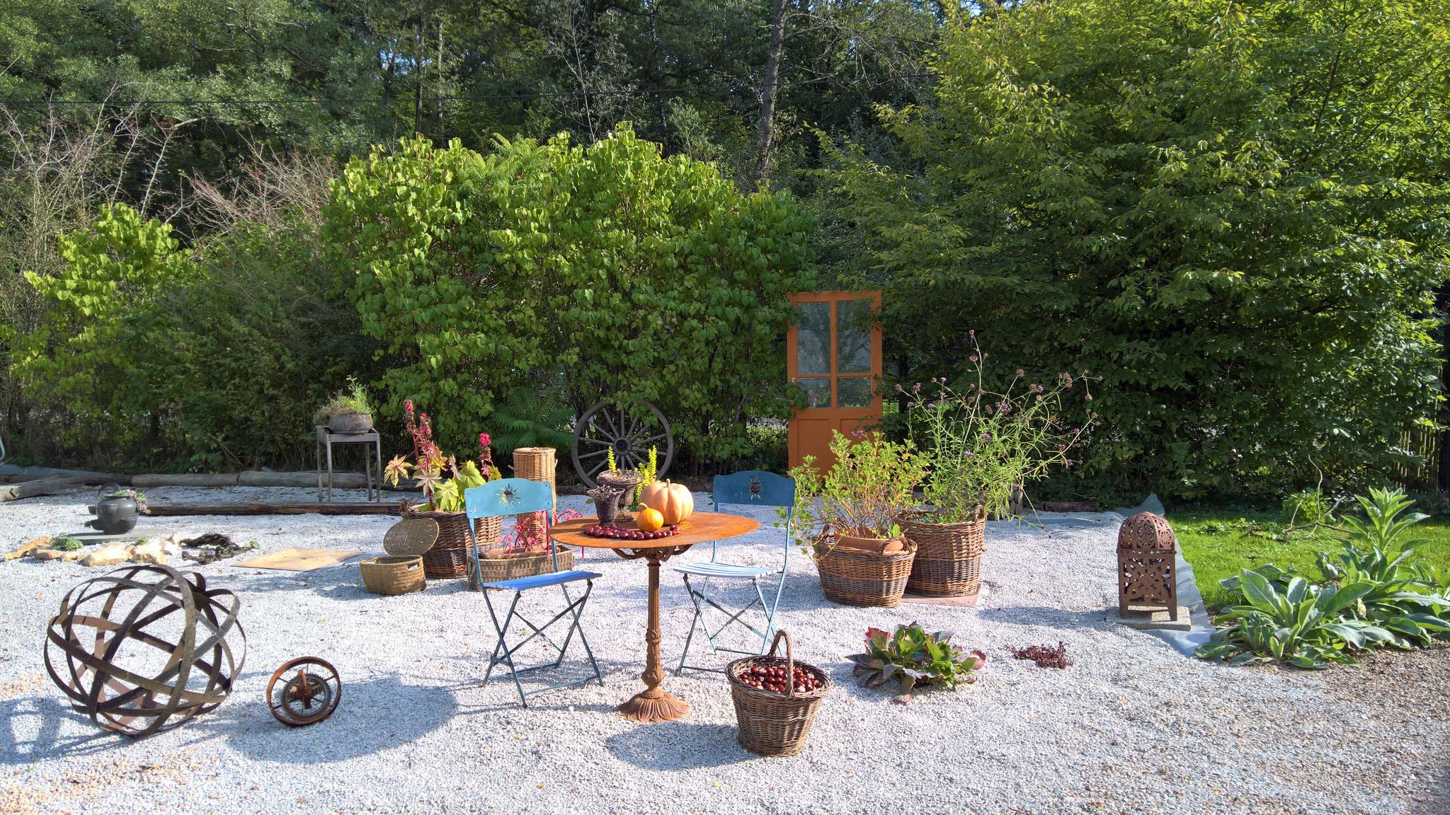 Der Steingarten füllt sich so nach und nach mit Deko und Pflanzen