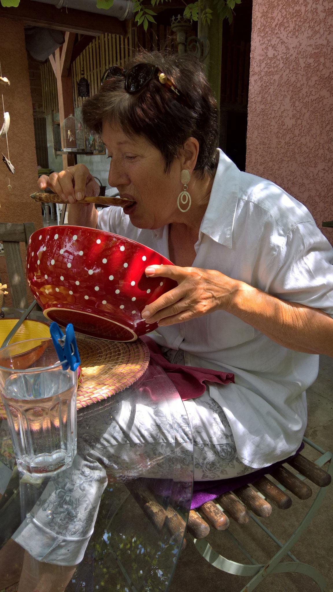 Regine - eine liebe Freundin und auch Helferin - putzt die leckere Salatsauce weg
