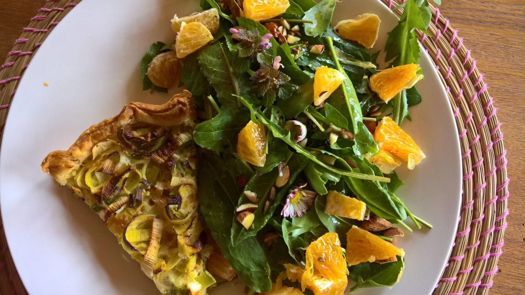 Daraus entsteht eine Brennessel-Tortilla mit leckeren Salat aus Löwenzahn und Sauerampfer
