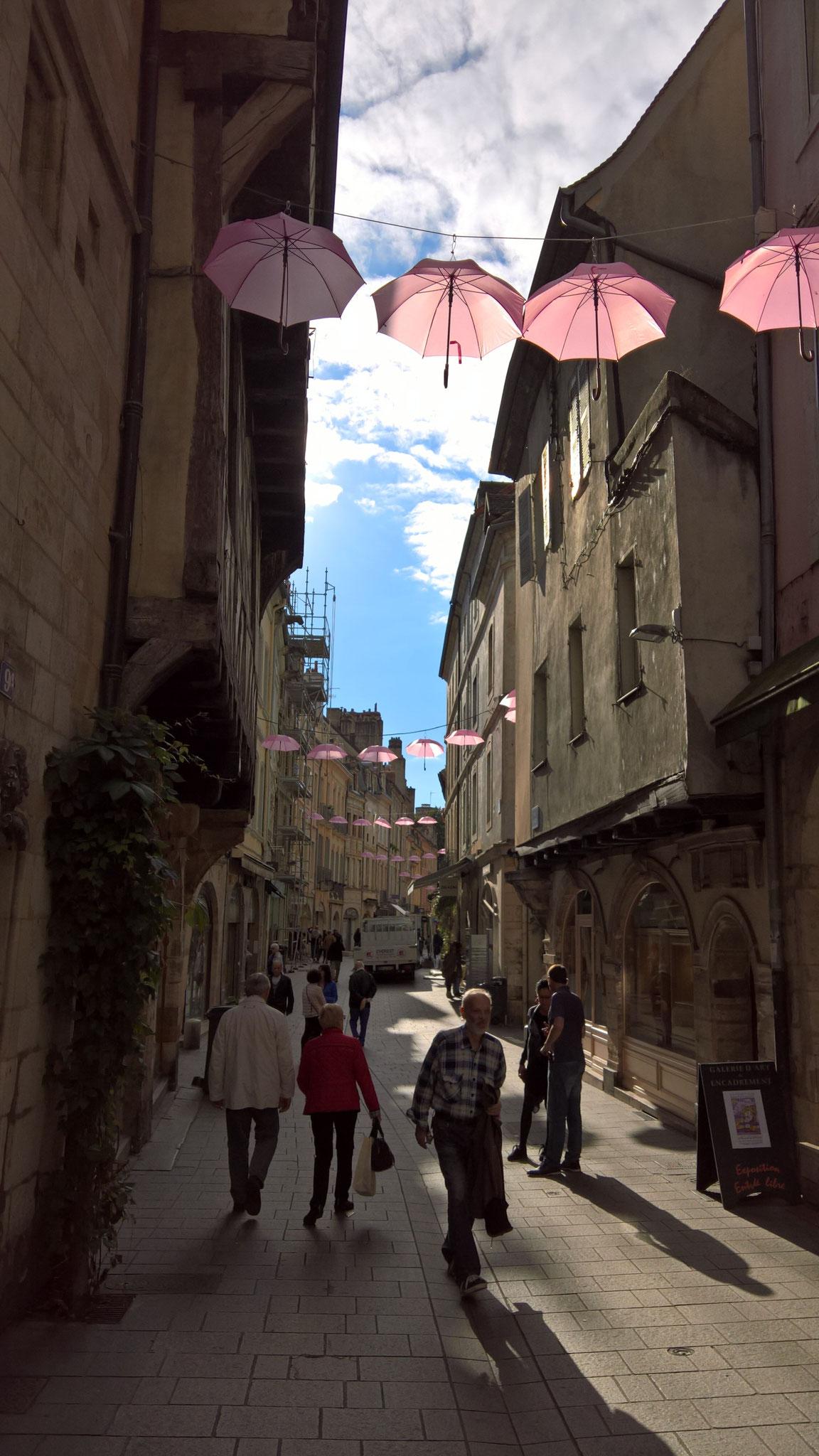 In Chalon hängen rosa Schirme überall