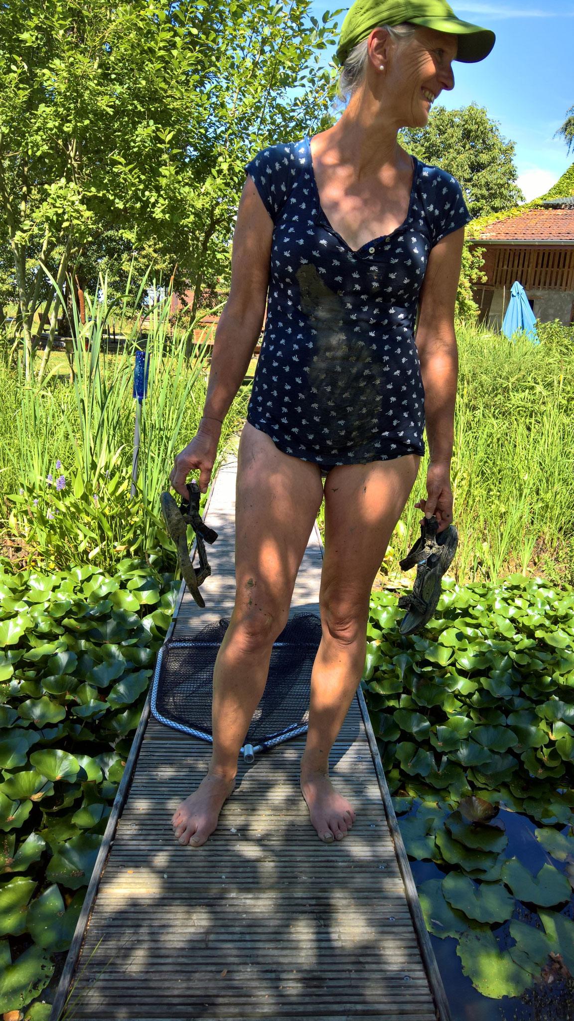 Annette hat eine rote Seerose rausgeholt, zum Umpflanzen