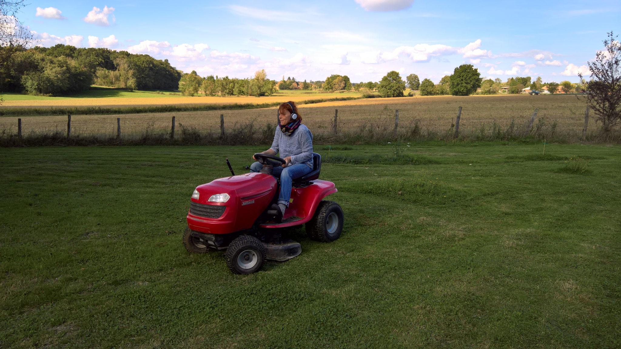 Sabine darf mal den Traktor fahren