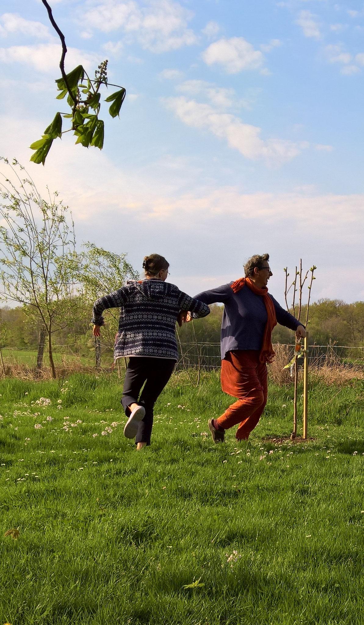Wie tanzen um den gemeinsam gepflanzten Kakibaum