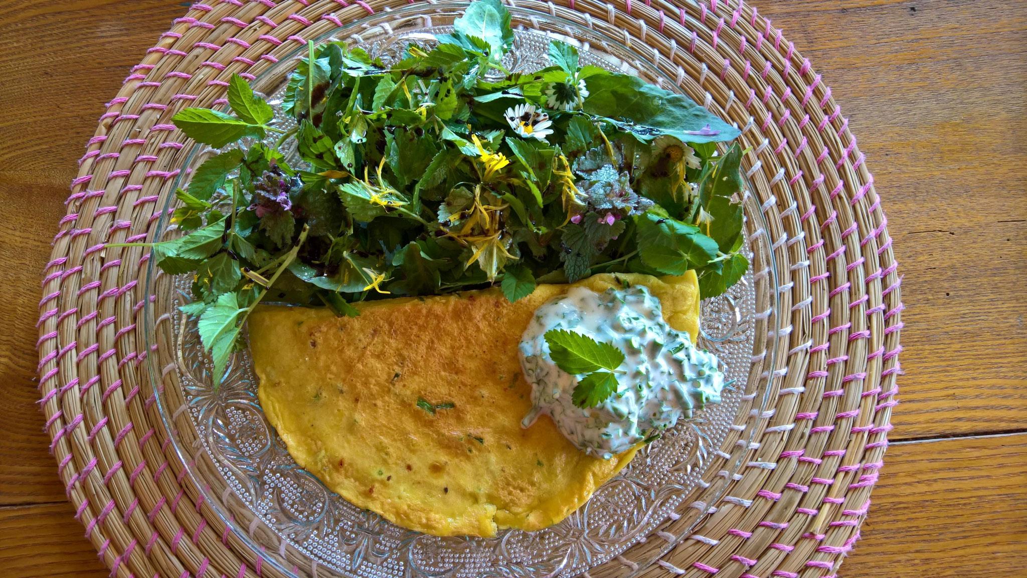 Kräuteomelette mit leckerem Salat aus wilden Kräutern