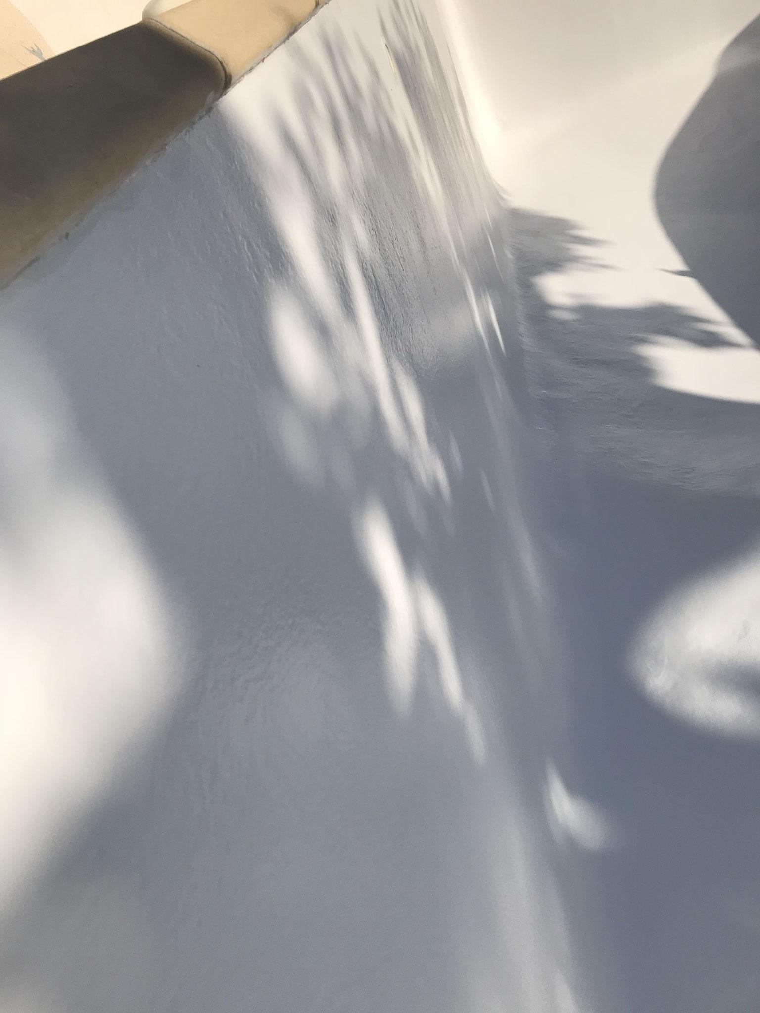 Vue rapprochée topcoat blanc piscine