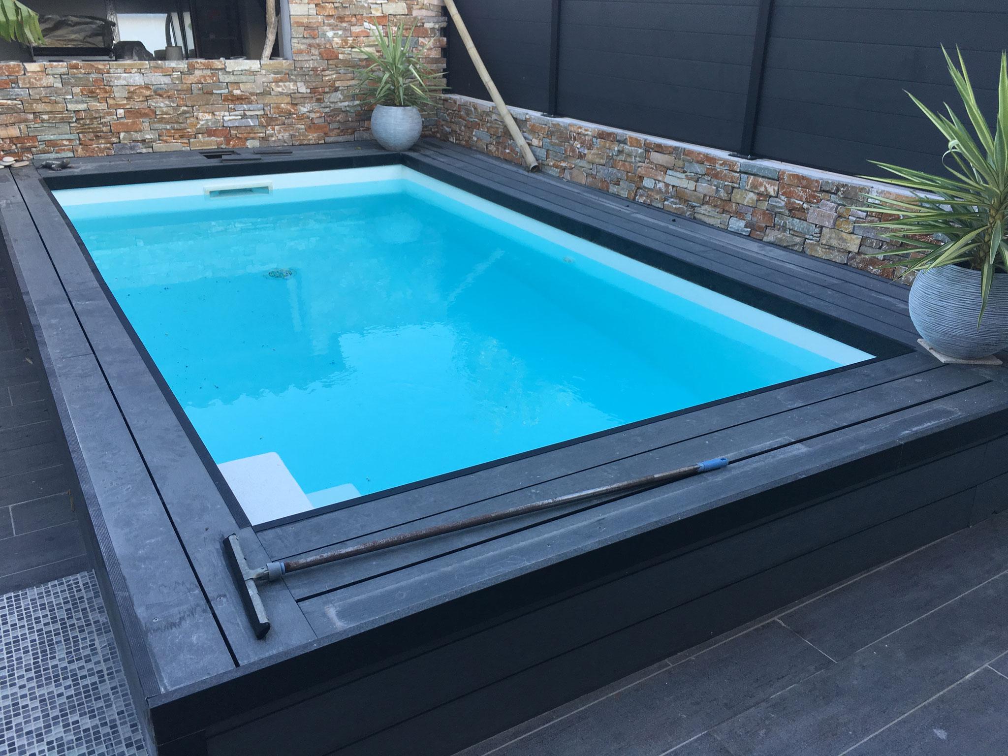 eau bleu dans piscine blanche