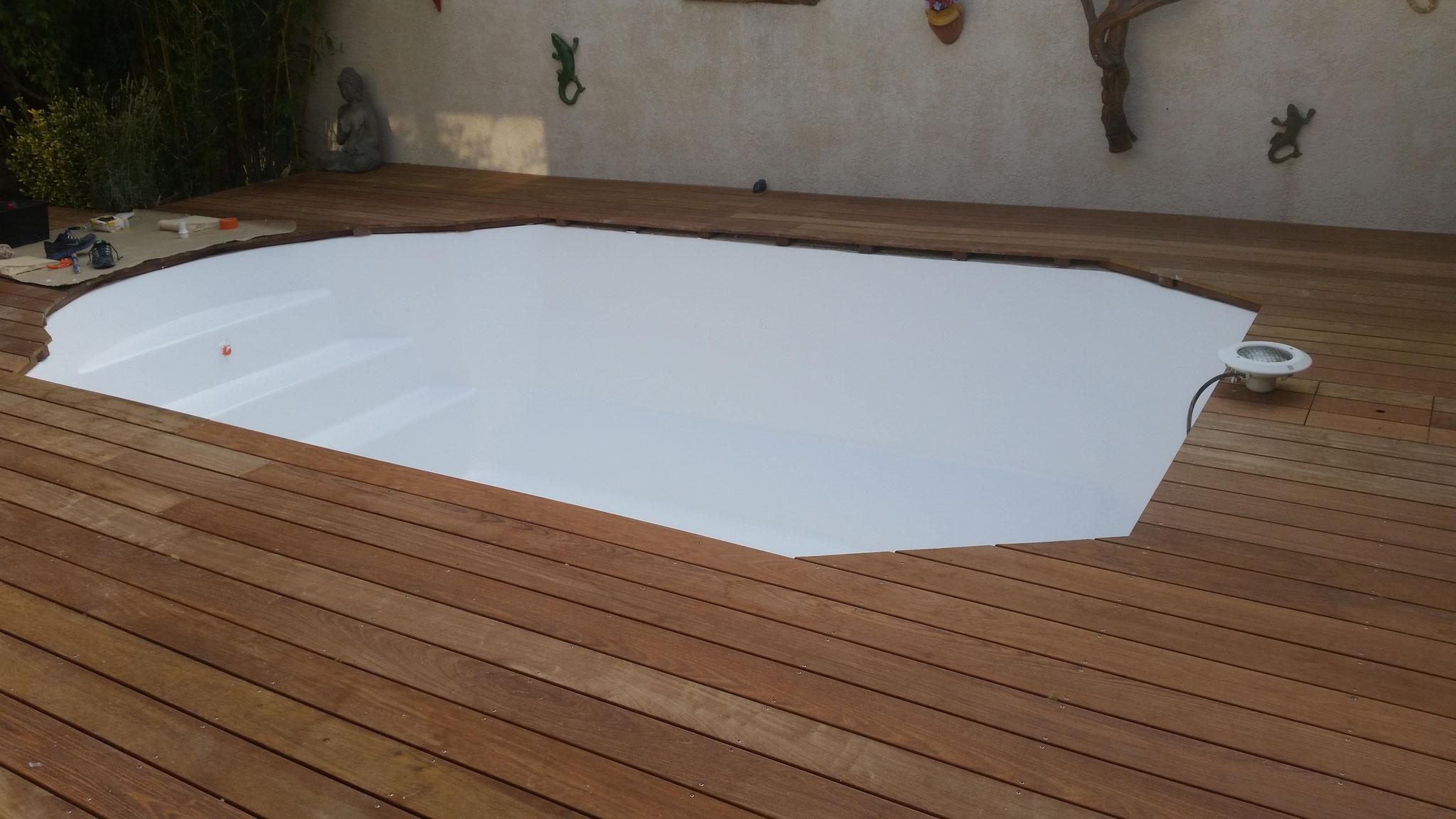 piscine coque polyester blanche