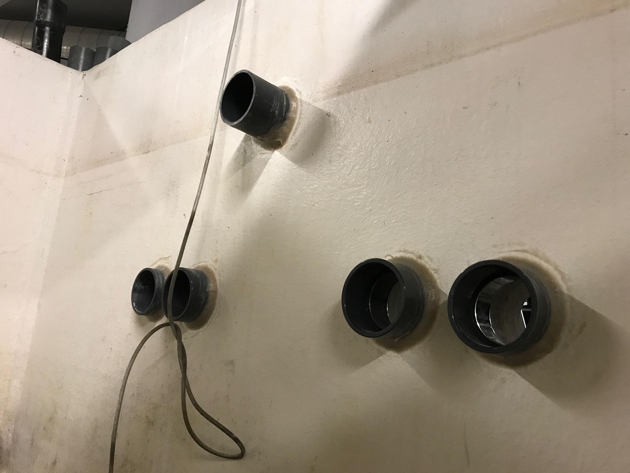Application d'une colle fibre polyester sur manchon PVC dans une cuve de filtration d'eau.