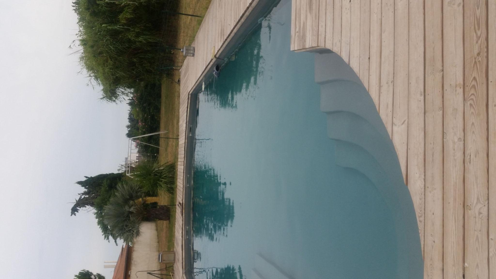 eau de piscine avec un Gelcoat gris béton