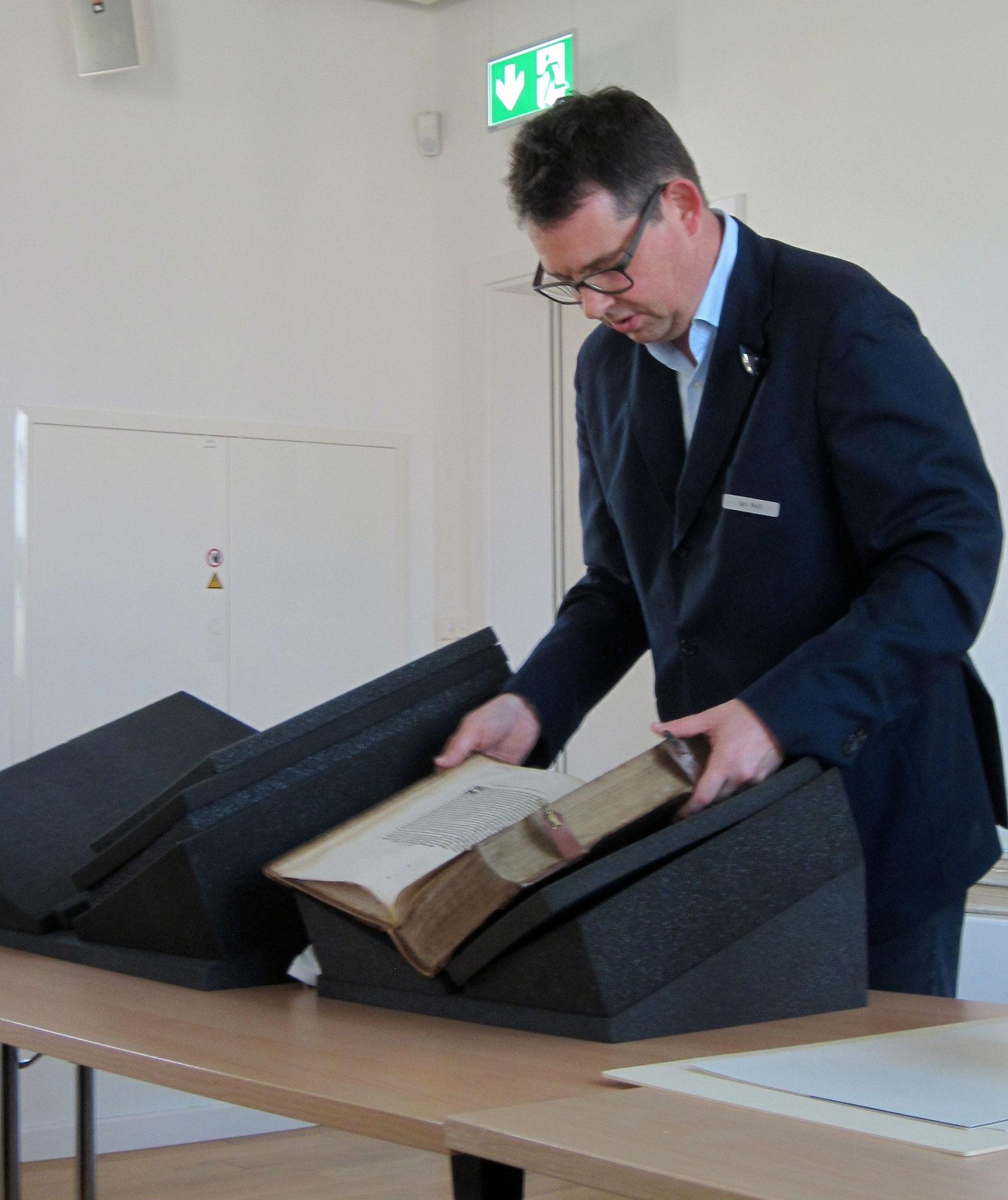 Ian Holt, wissenschaftlicher Mitarbeiter an der Zentralbibliothek Solothurn, präsentiert die Schätze des Hauses