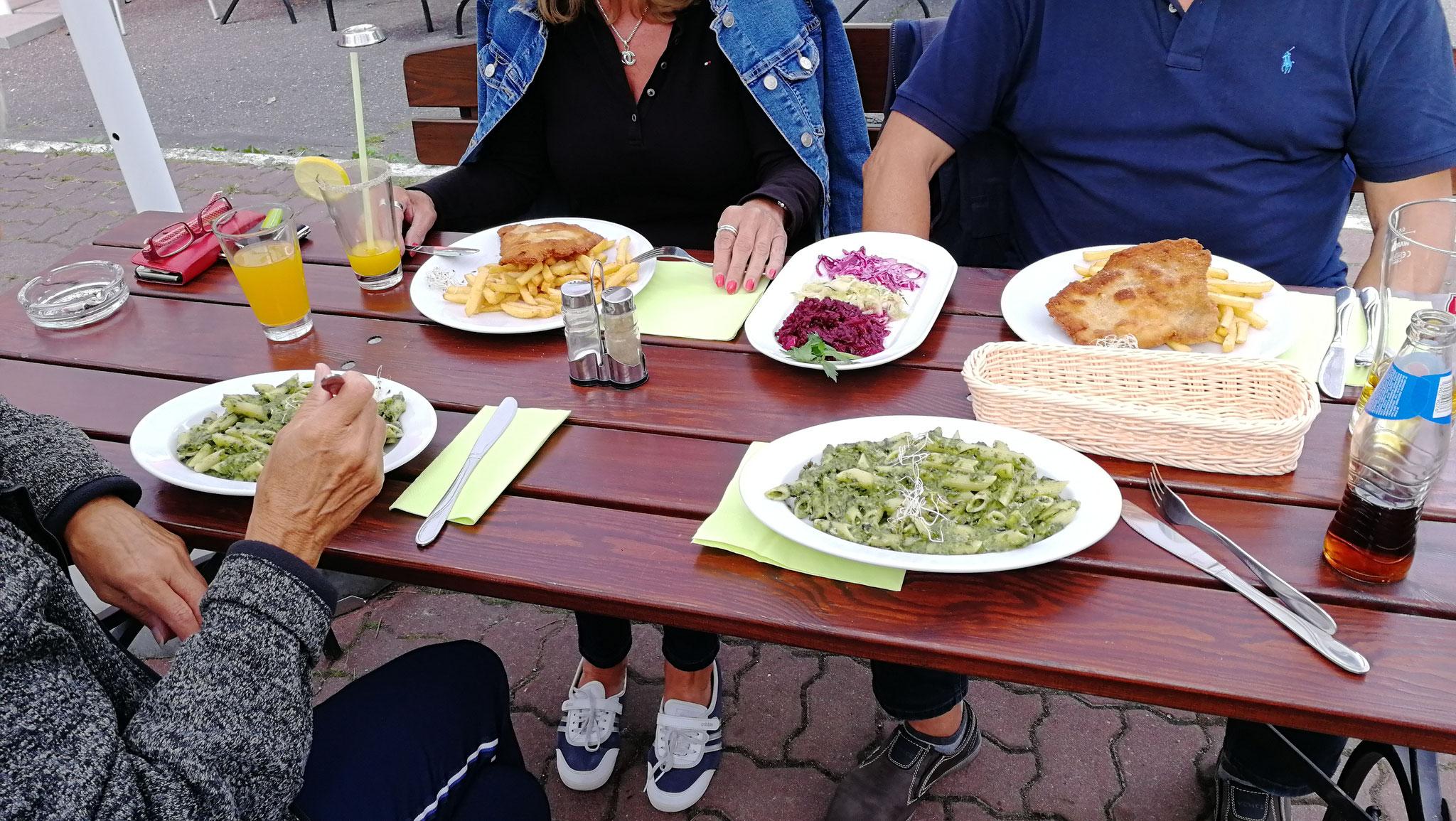 Essen in der Gaststätte am Platz