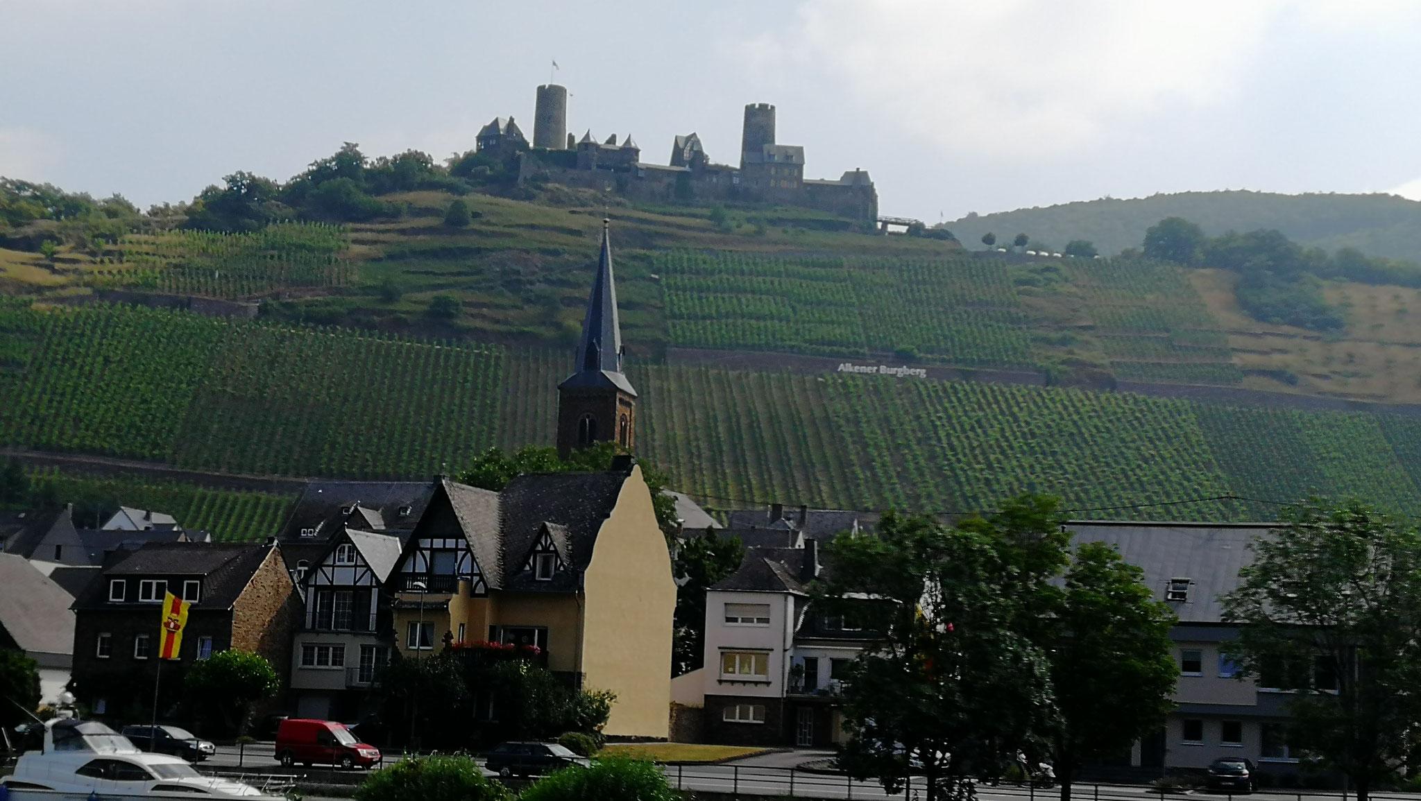 vorbei an Burgen und Weinbergen