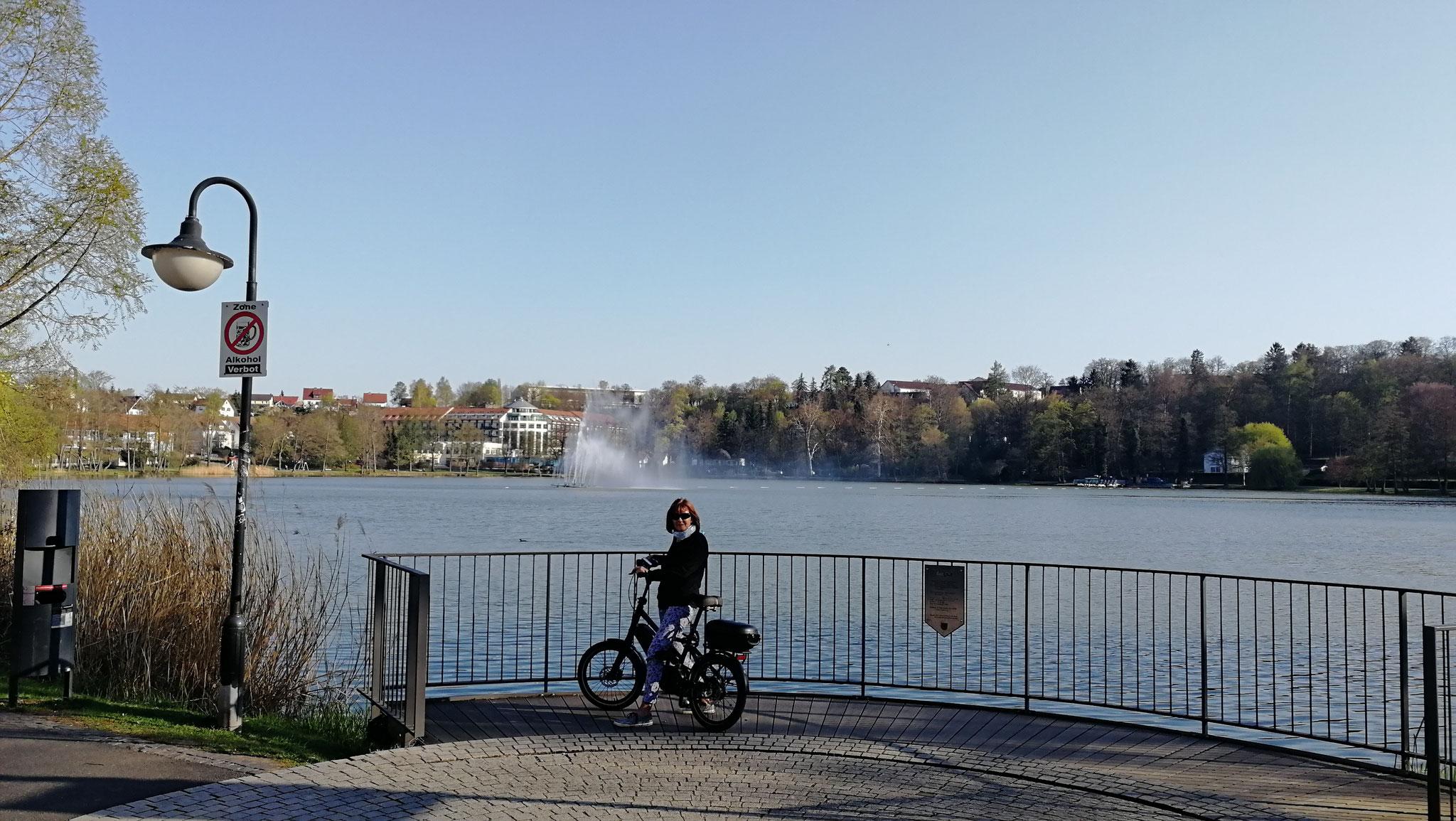 mit dem Rad den See umrundet