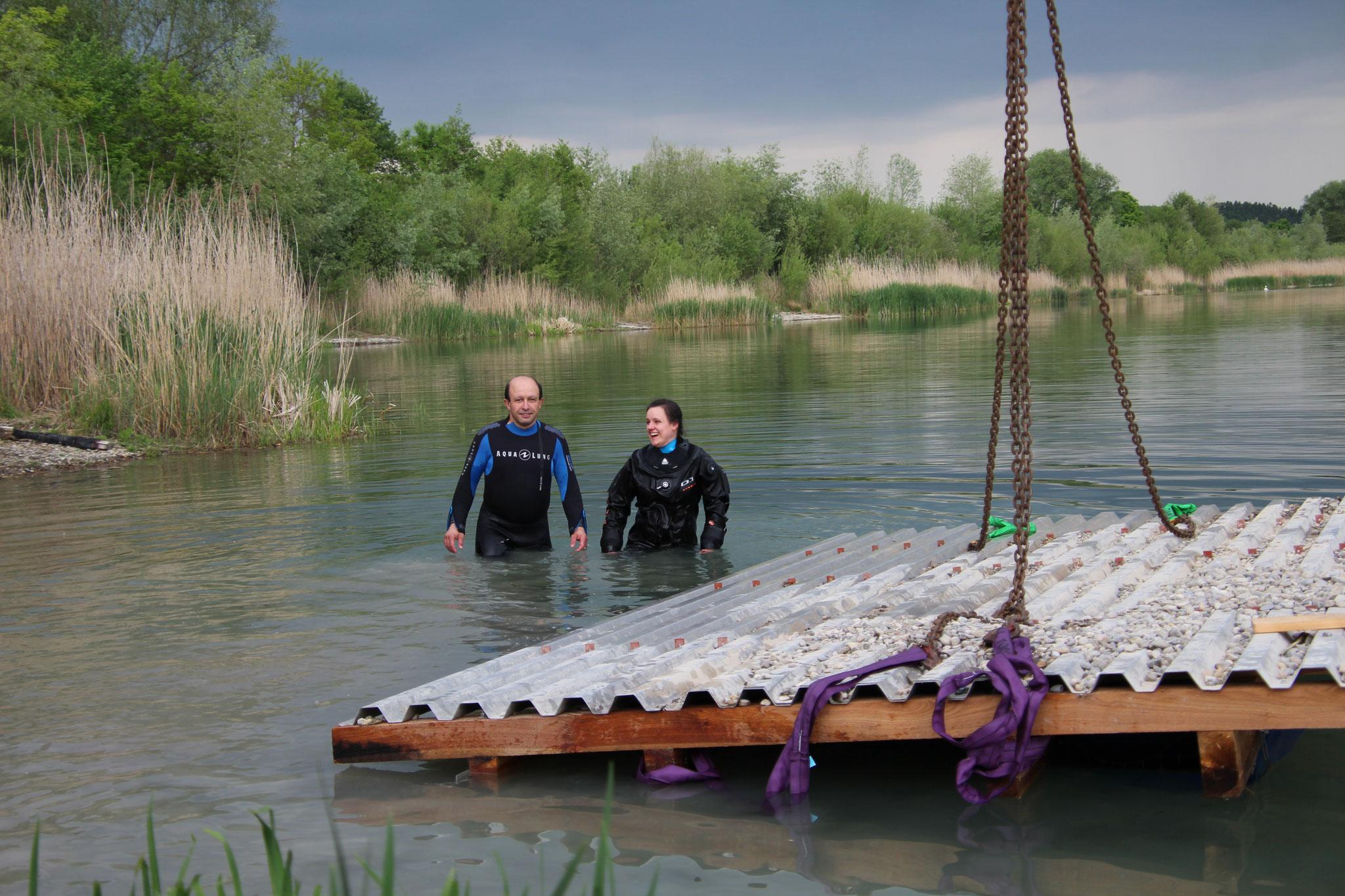 Die Rettungstaucher haben die Hebevorrichtung am Floß angebracht. © B. Mayer