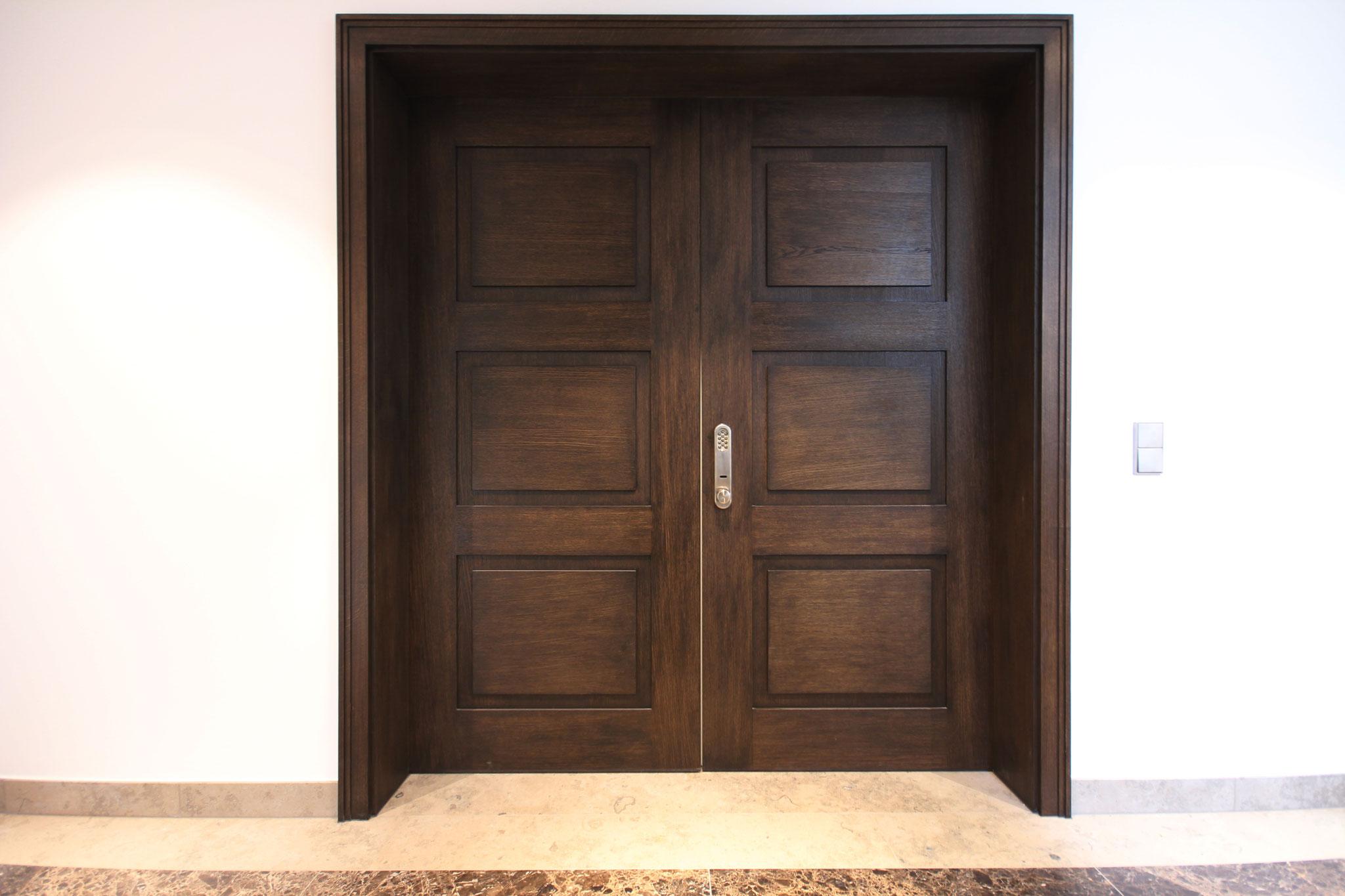 Doppelflügelige Eingangstüre 1. OG