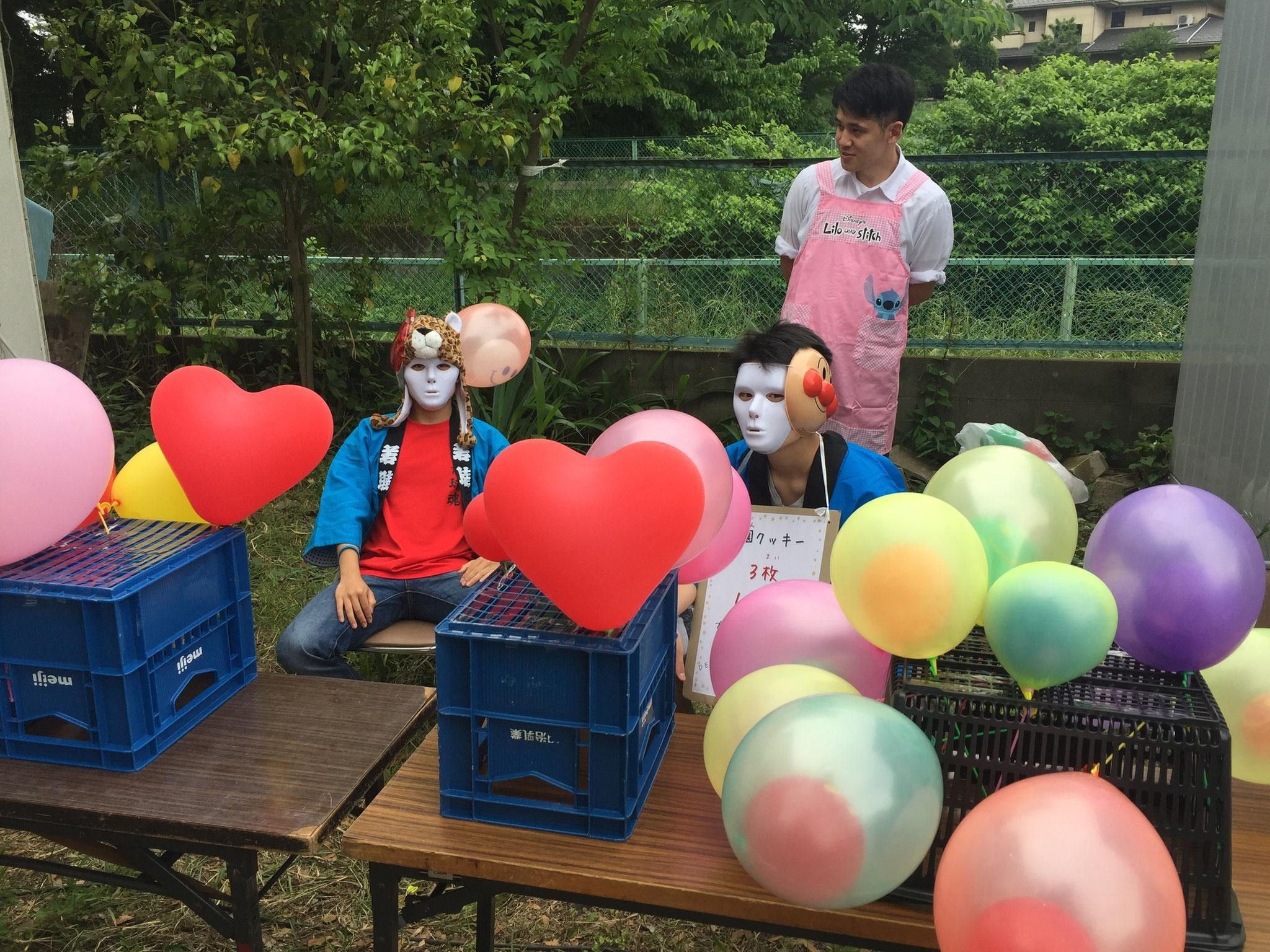 スタンプラリーを終了した子どもには風船をプレゼント!(でもお兄ちゃん達がちょっとこわい・・)
