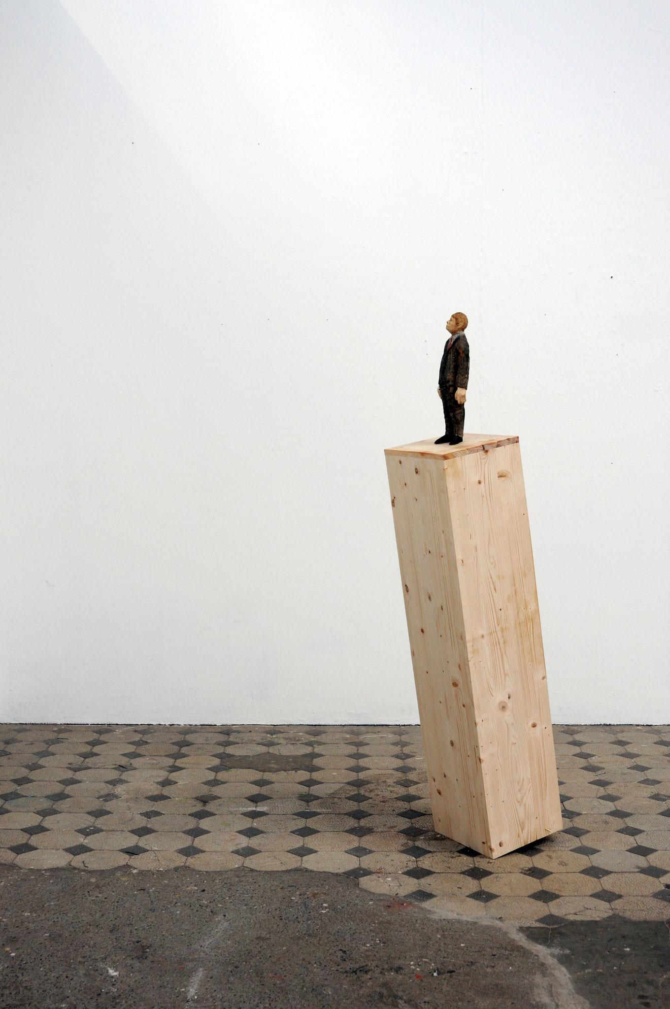 Mann auf kippendem Sockel  I  Fichtenholz, Farbe  I  2016