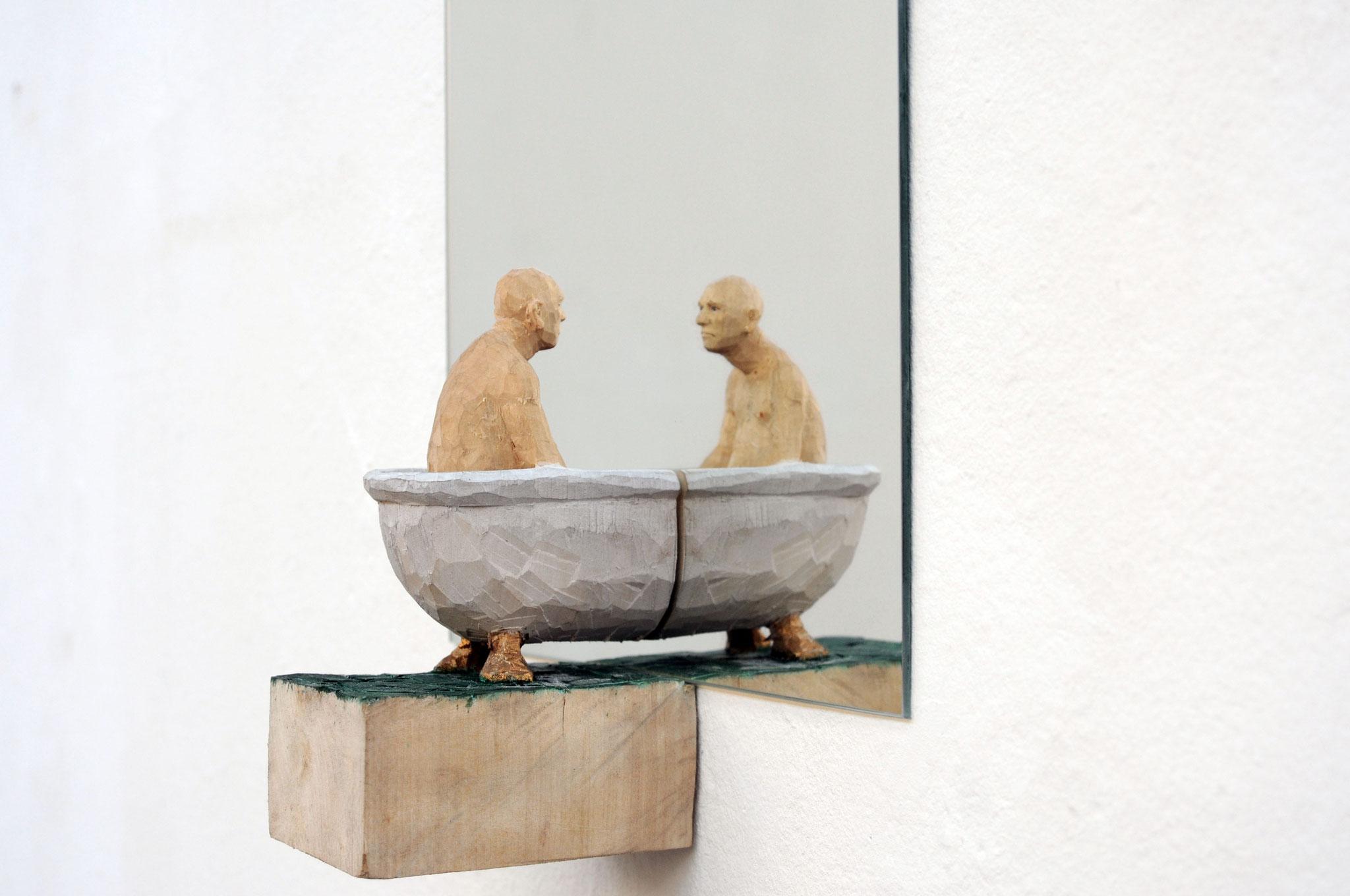 Spiegelbild 5 - Mann in Wanne, Lindenholz bemalt, Spiegel, 2017, Privatbesitz