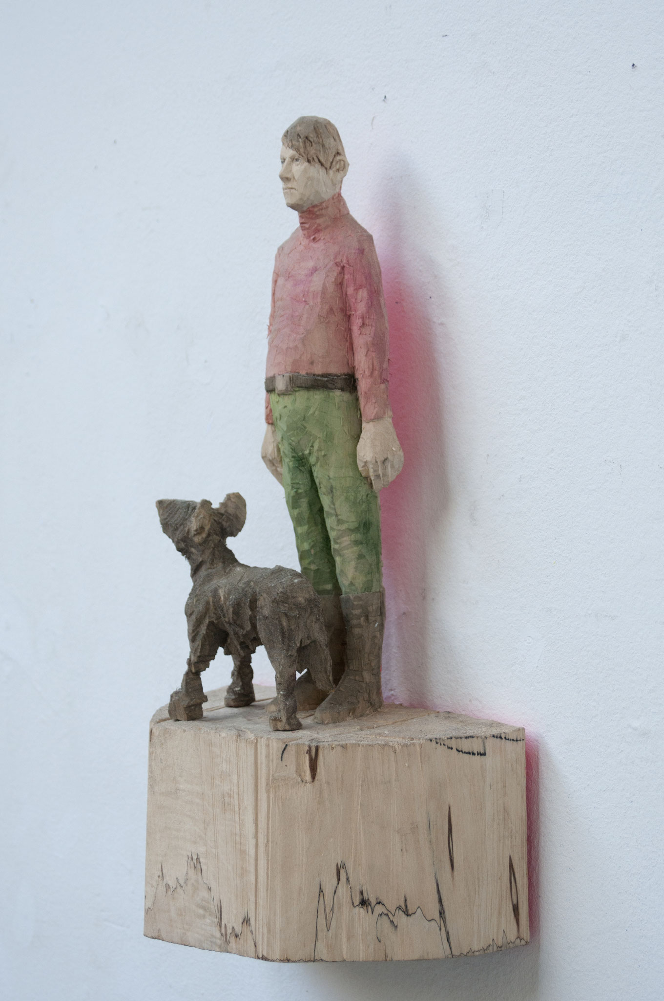 Mann mit Hund, Pappelholz bemalt, 2018, Privatbesitz