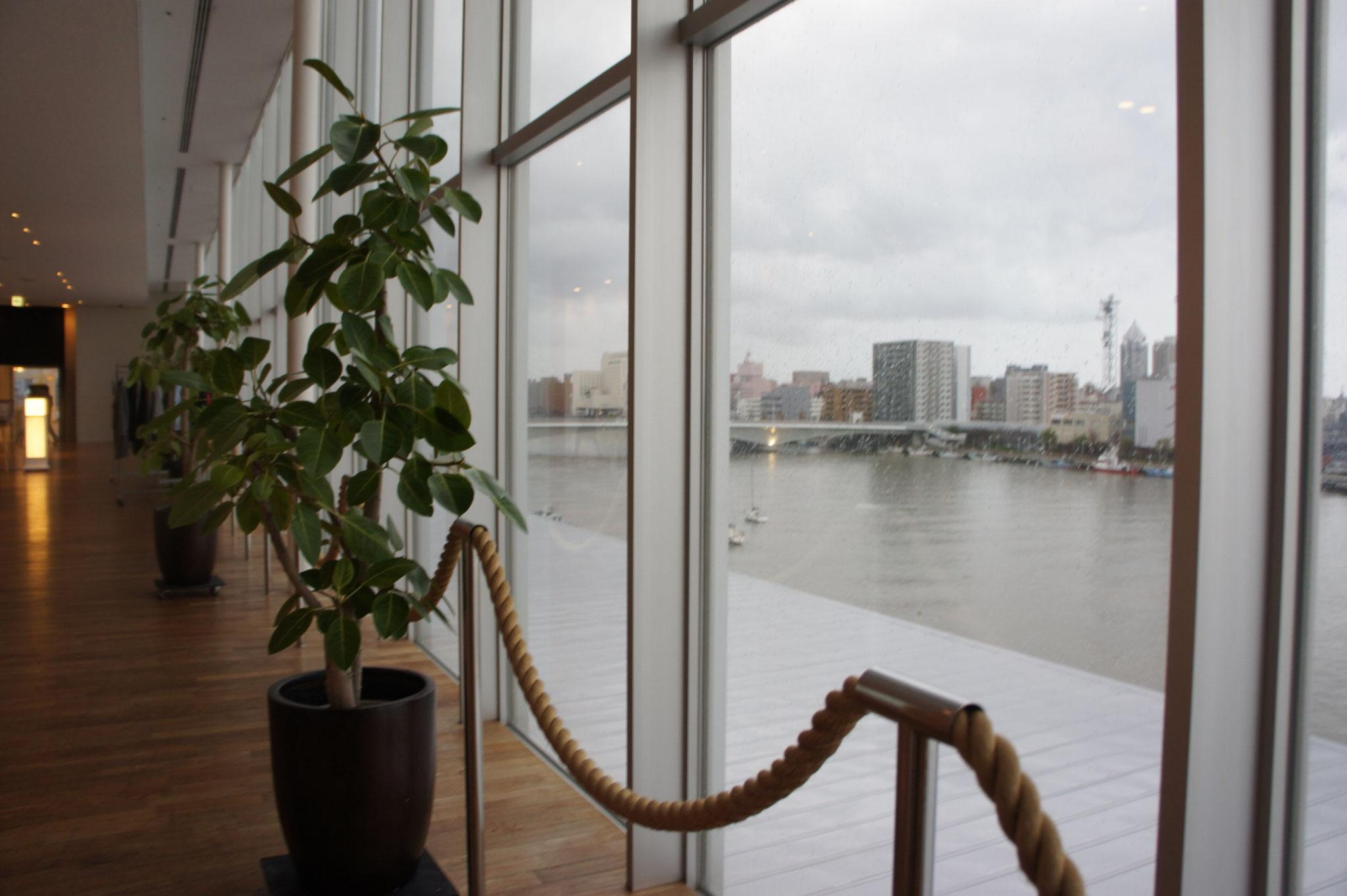 あいにくの雨でしたが新潟市らしい信濃川の景色が一望できました。