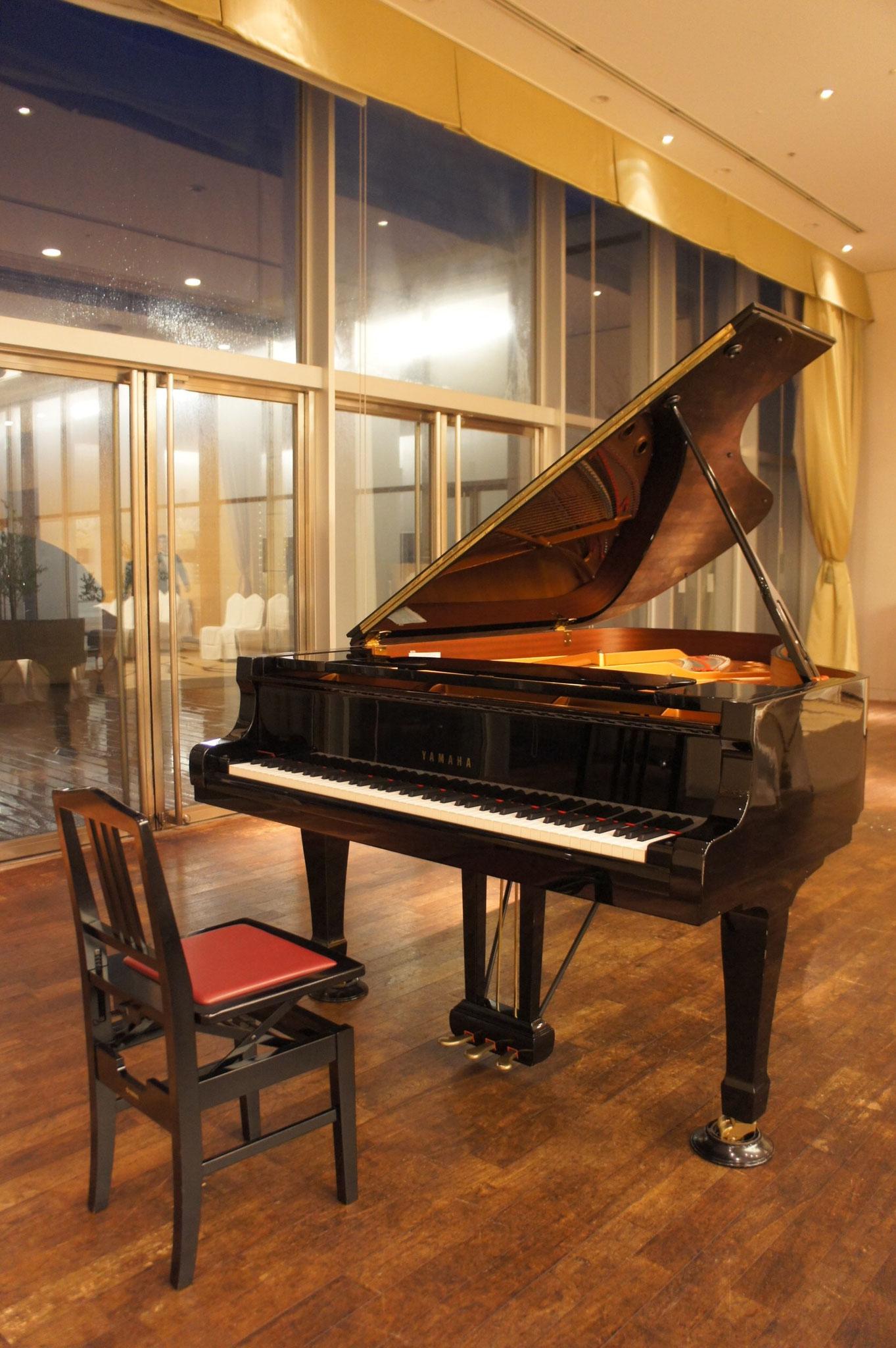 グランドピアノのバックはテラスになっていて、とても素敵な空間になりました!