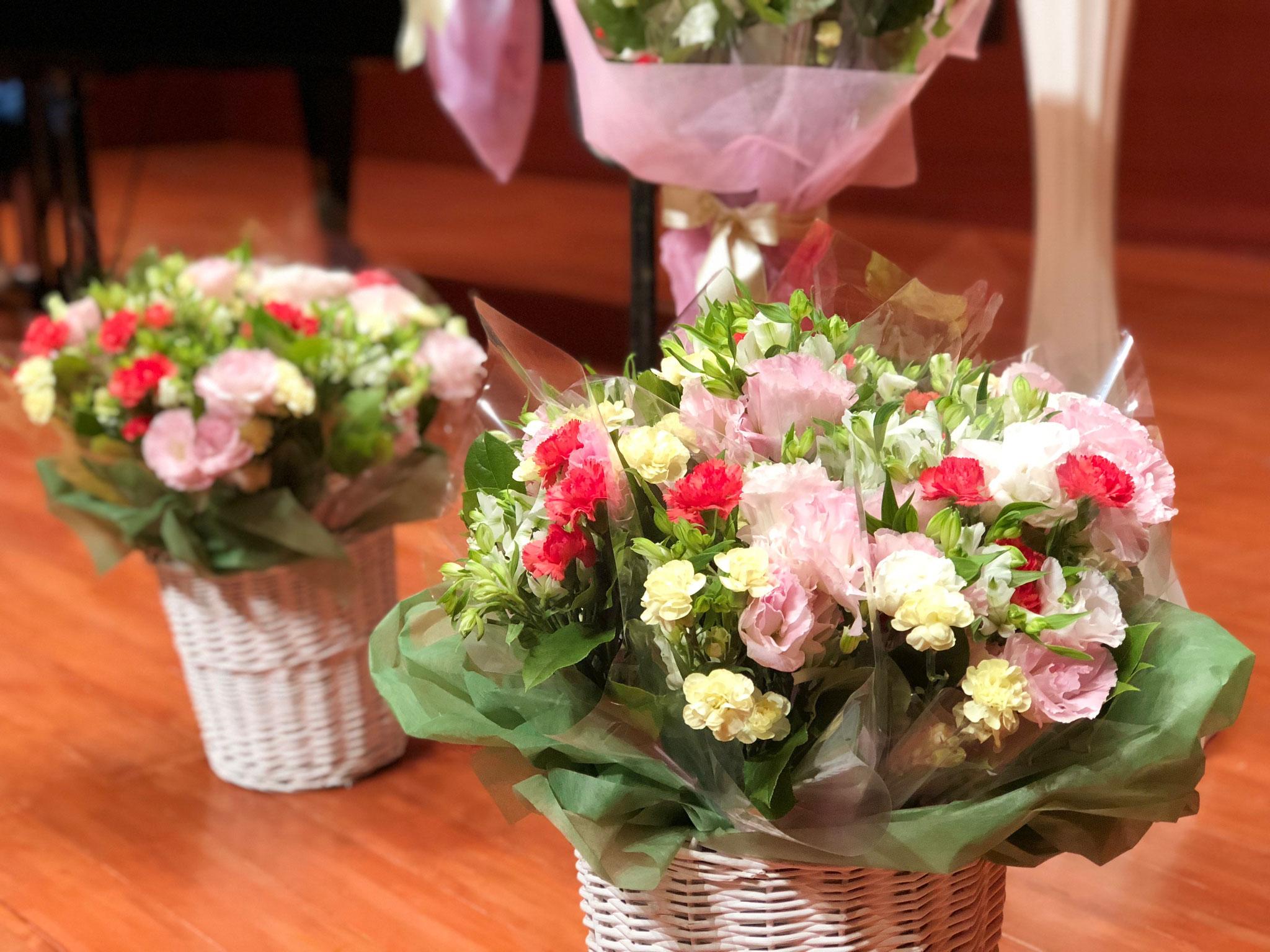 生徒様のお父様より、今回もプレゼント用のお花を手がけていただきました。