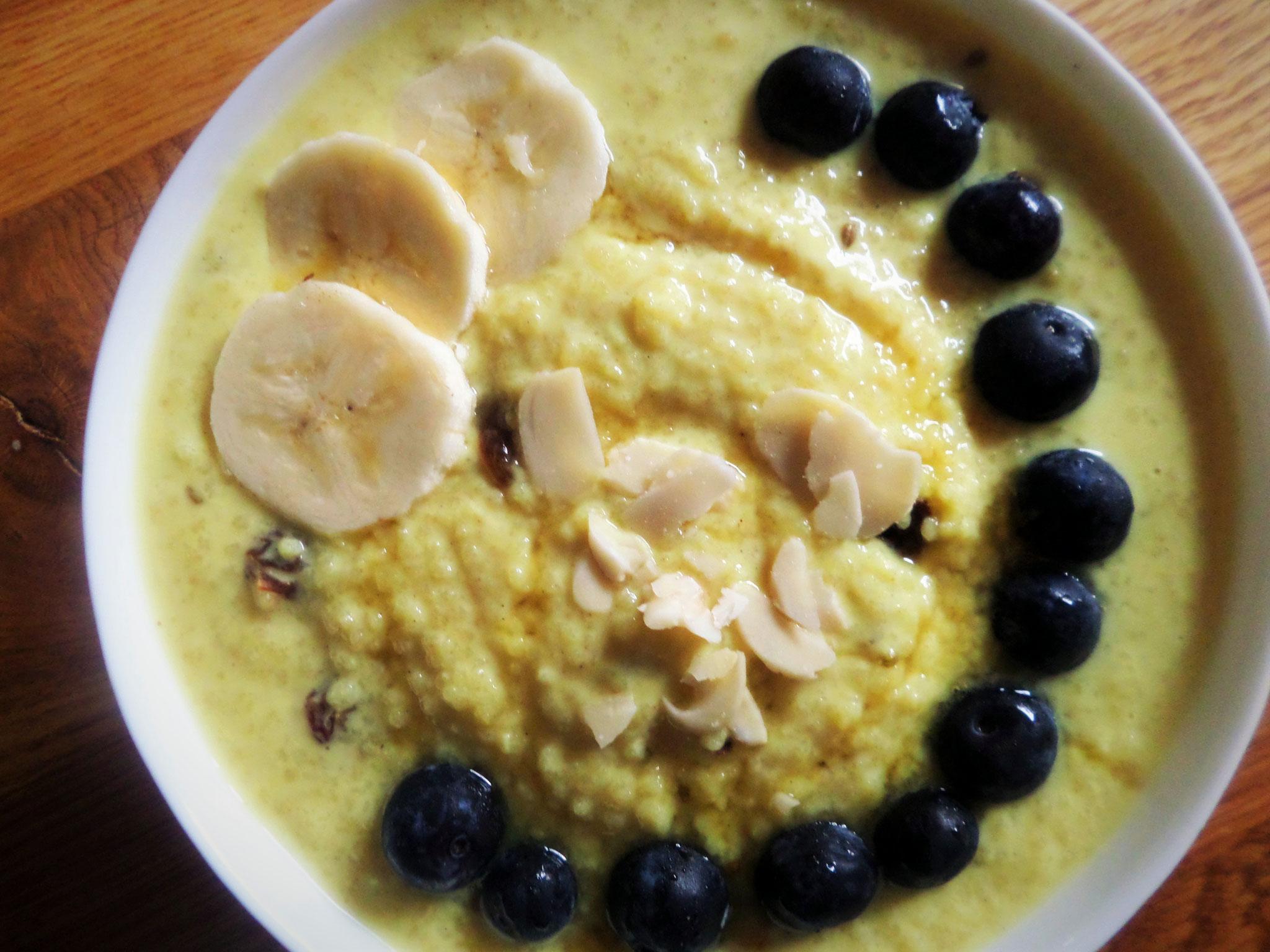 Mandelmilch mit Hirse und Mandelsplittern, Bananenscheiben und Blaubeeren